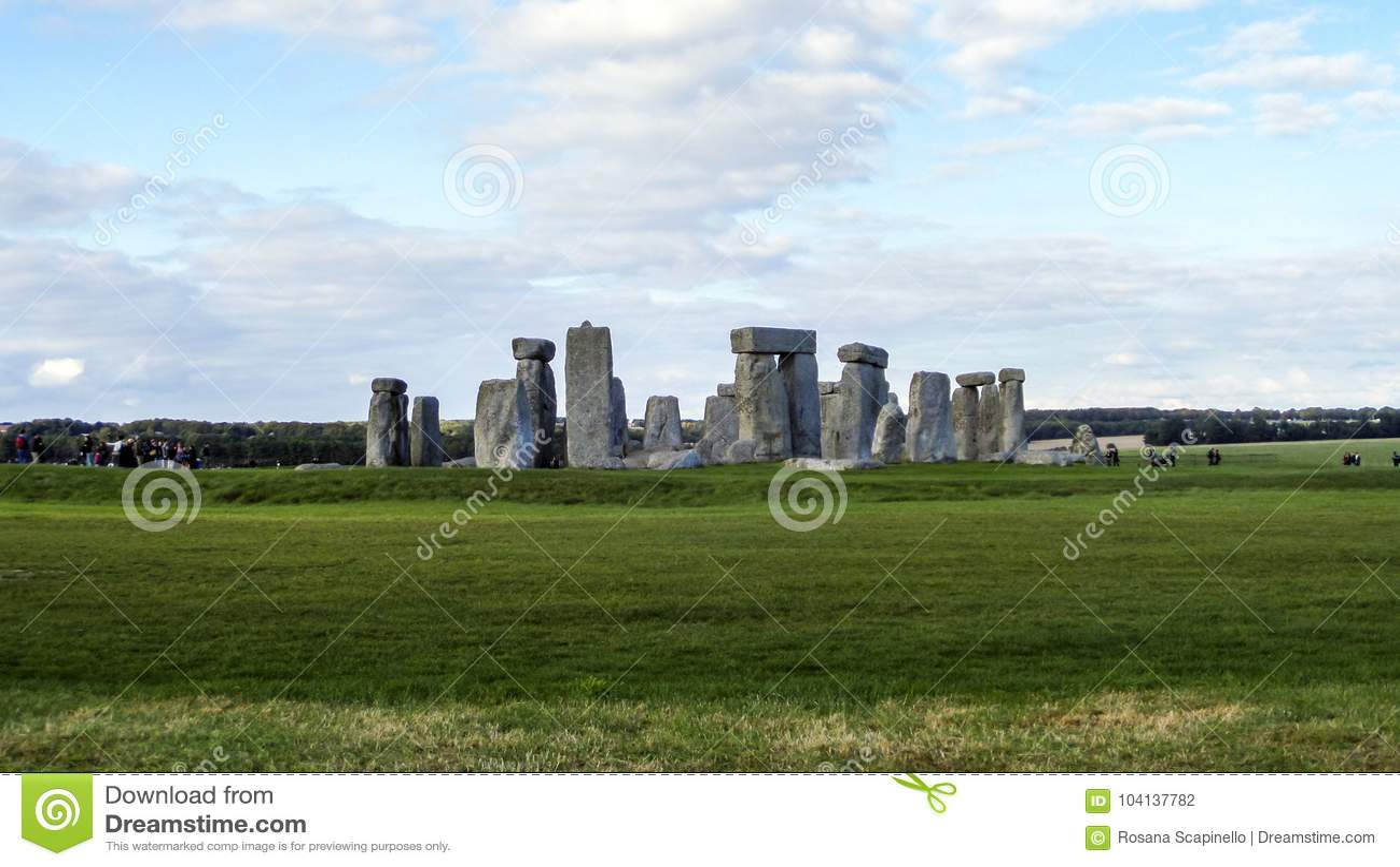 Stonehenge prehistoryczny zabytek, zielona trawa, niebieskie niebo i chmury, panoramiczny widok - Wiltshire, Salisbury, Anglia
