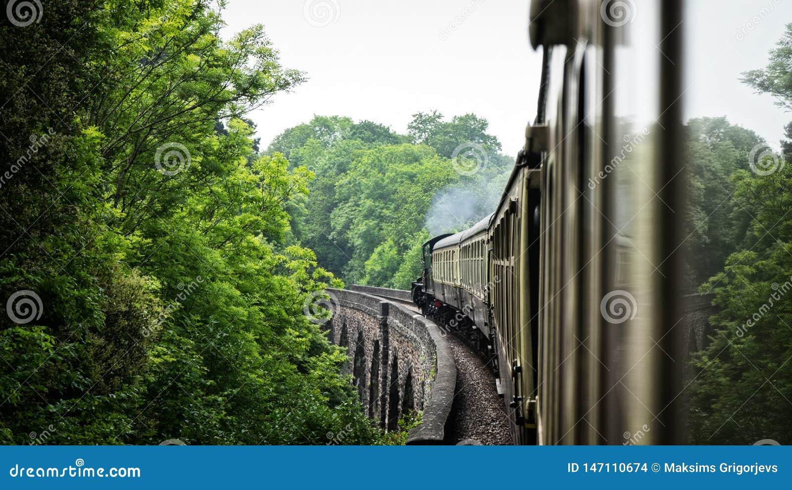 Stoom oude trein op aquaductbrug Het Verenigd Koninkrijk