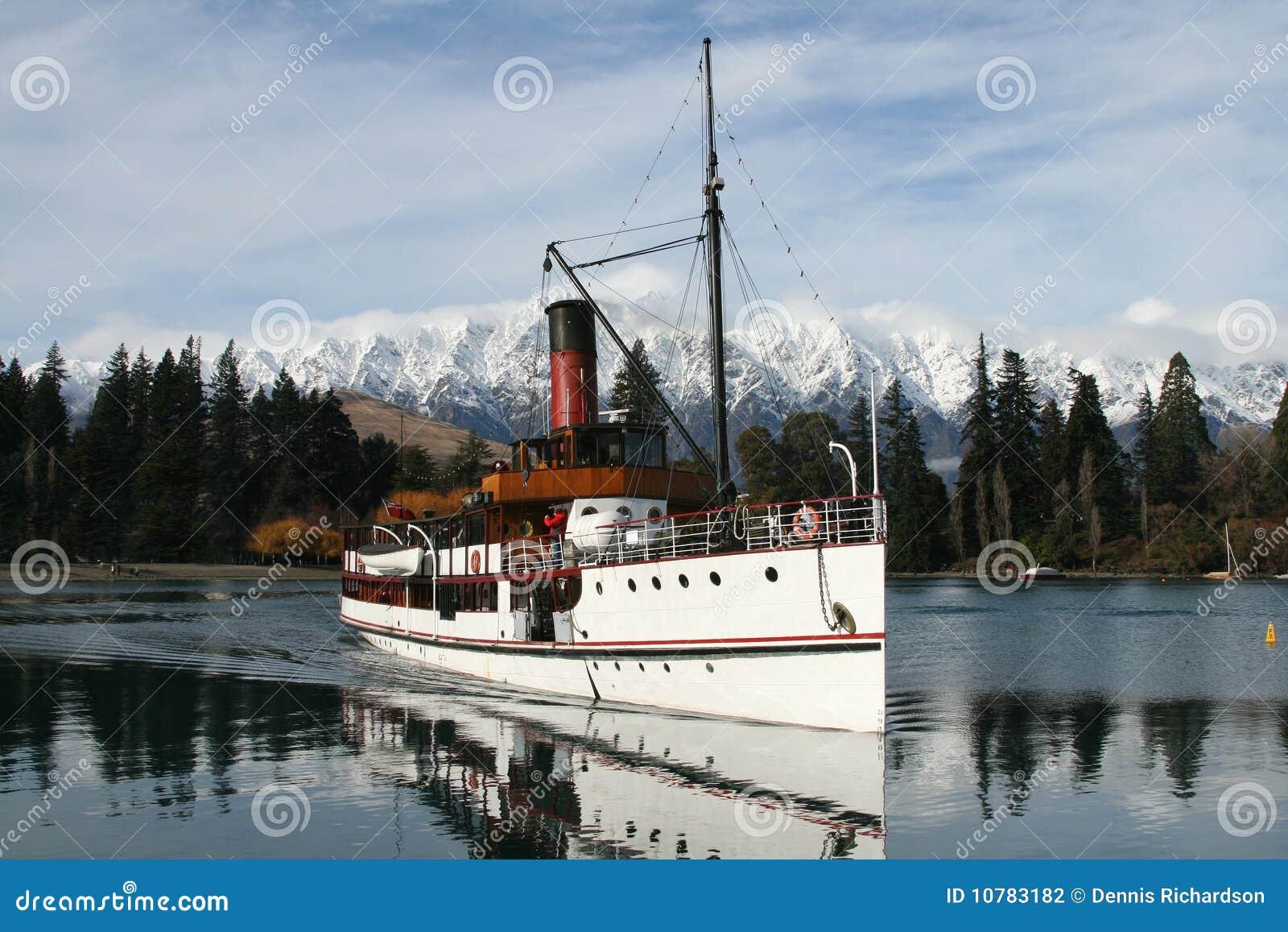 Stoomboot op meer