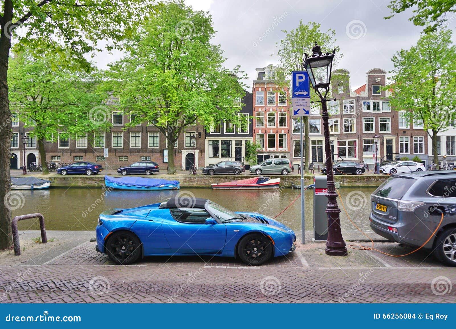 Stop In Elektrische Auto Die In De Straat In Amsterdam Laden