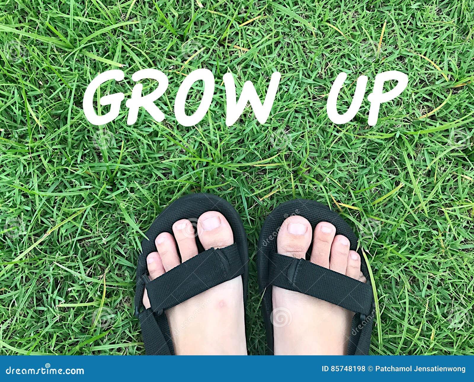 Stopa na zielonej trawie