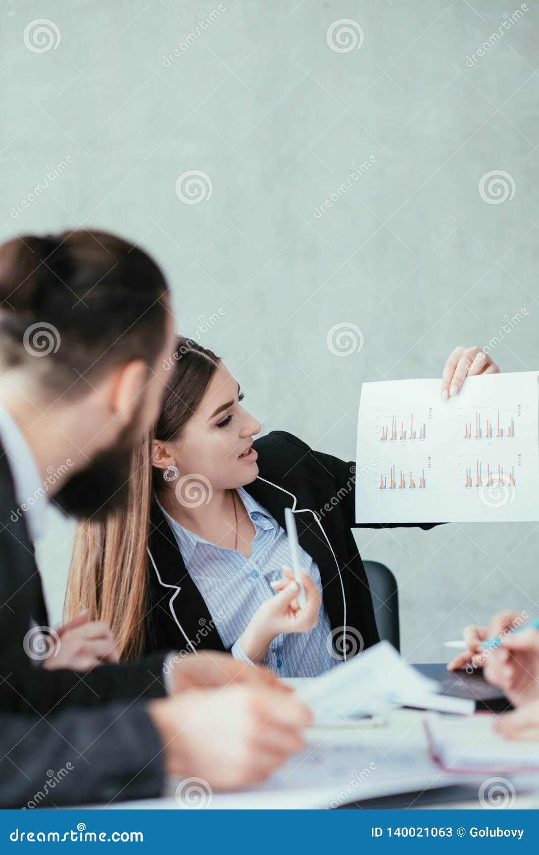 Stopień wzrostu analizy biznesowej kobiety diagramy