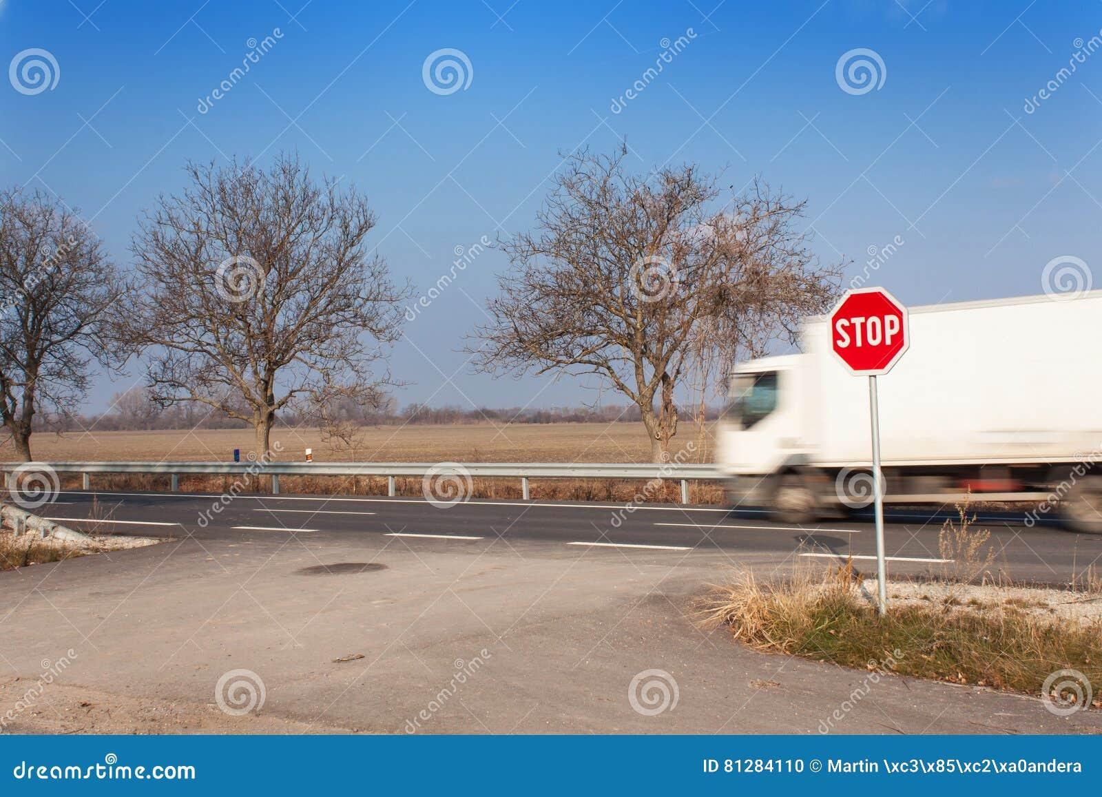 Stoppen Sie Zeichen an den Kreuzungen Landwirtschaftliche Straße Nehmen Sie auf die Hauptstraße heraus Hauptstraße Gefährliche St