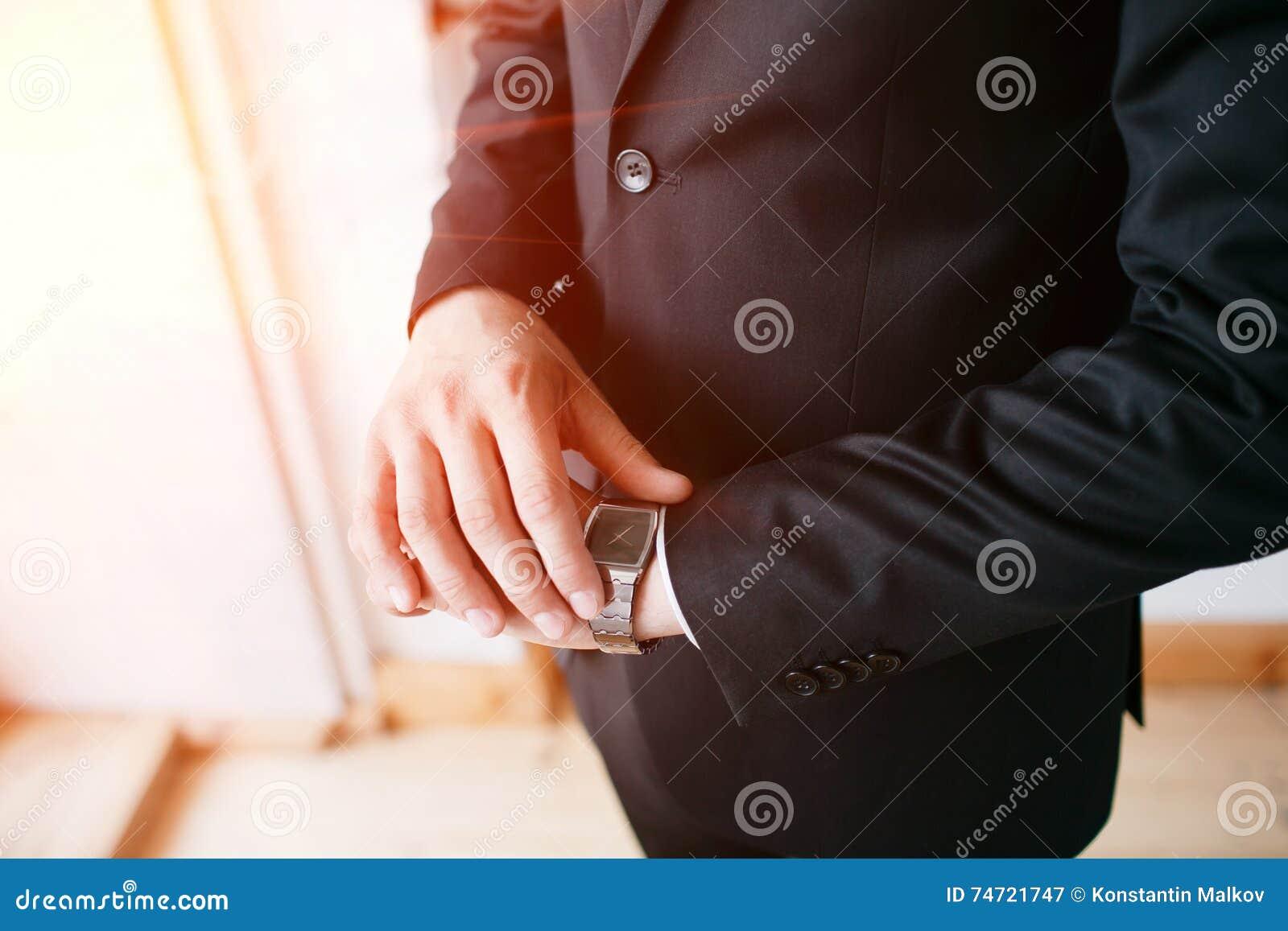Stopptid, affärsman som ser klockan, aktieägare, Tid ledning, framstickandedräkt eller dräkt, företags manklänning, ingen framsid