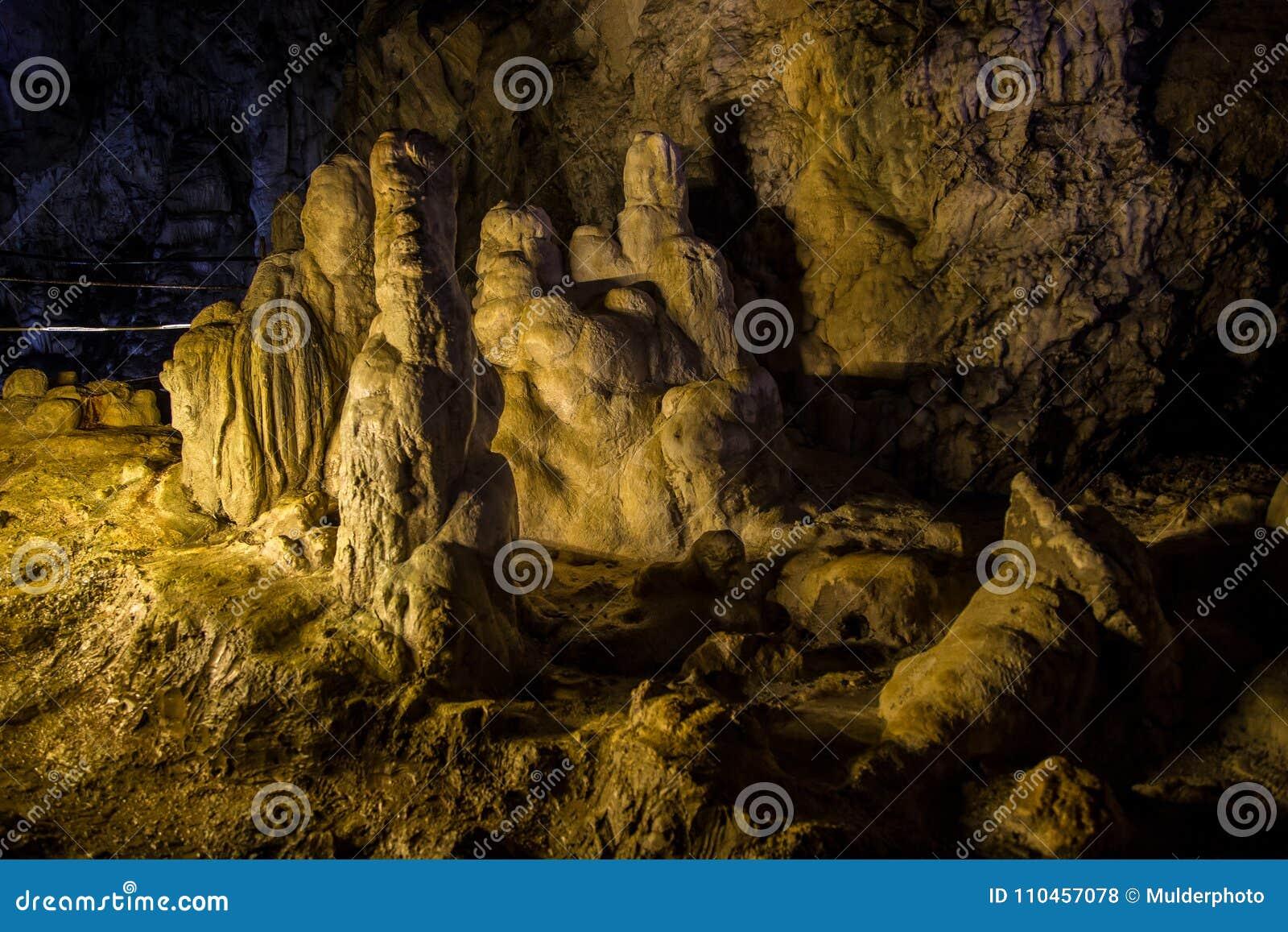 Stor Azishskaya grotta med speleothem i Adygeya, Ryssland