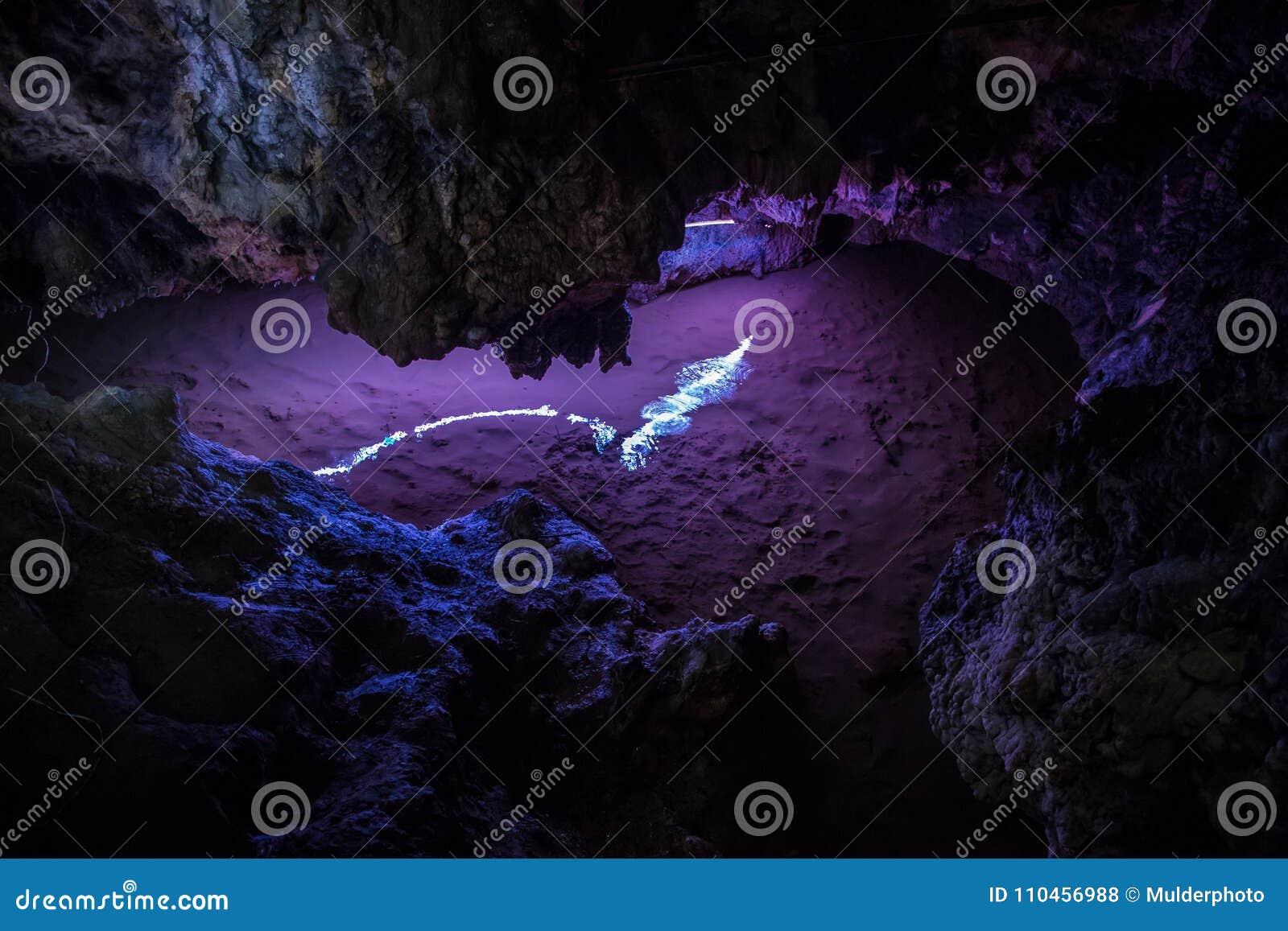 Stor Azishskaya grotta med speleothem, stalaktit, stalagmit och stalagnates