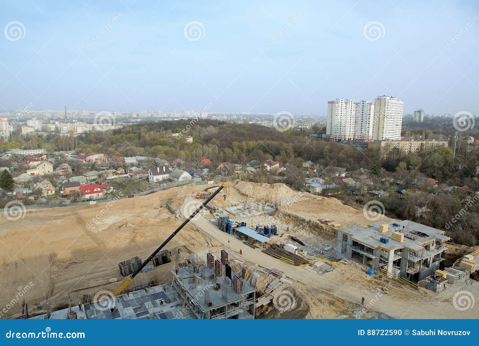 Stor construcionplats av ett nytt bostads- komplex