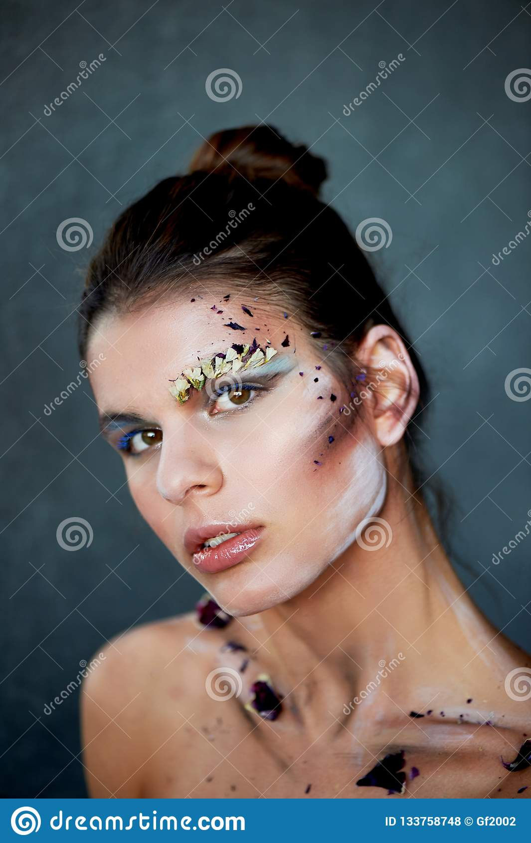 Stor-framsida stående Sudd på hennes framsida Sminket genom att använda torra färger Idérik personlighet, modell