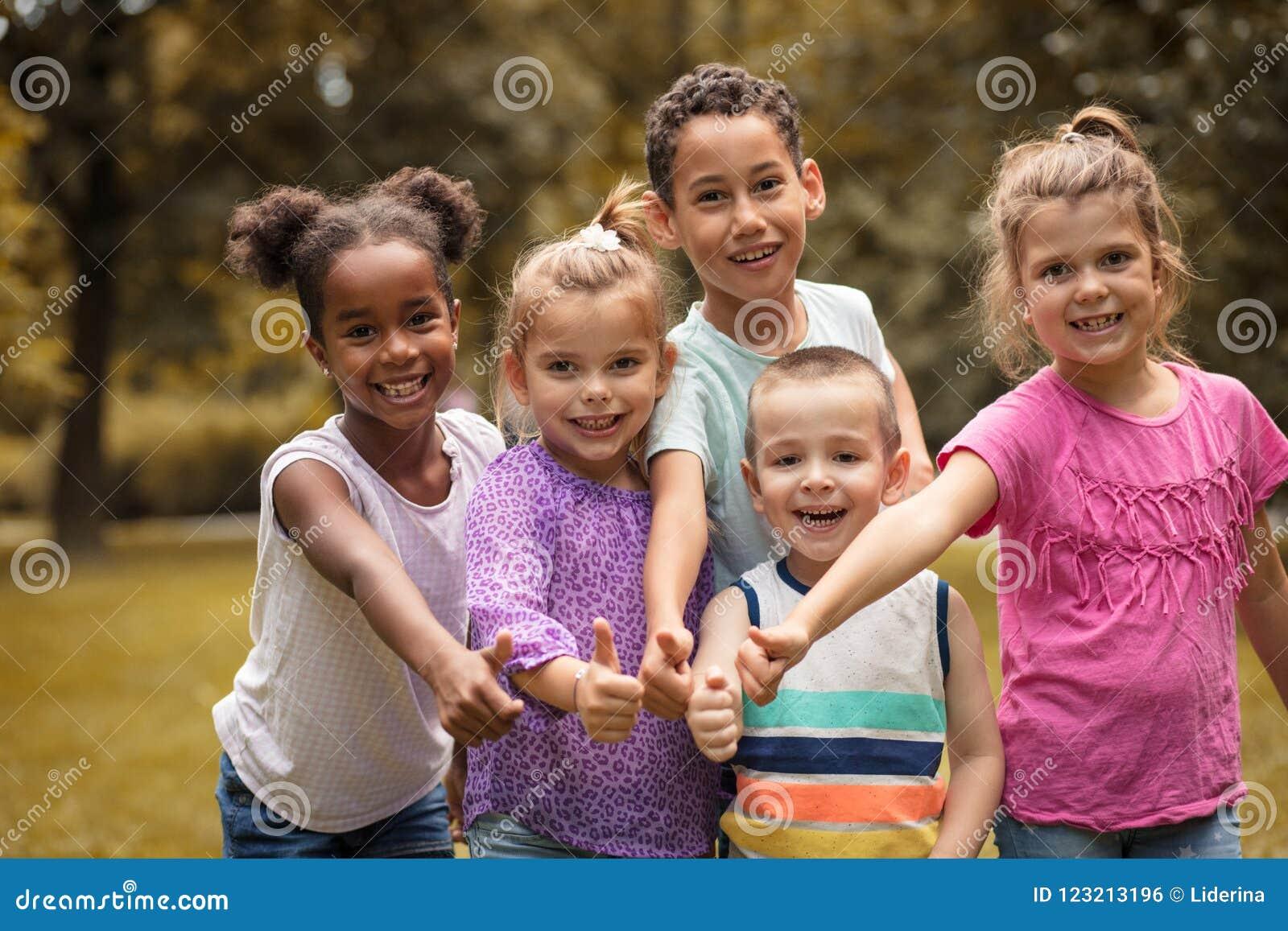 Stor grupp av mång- etniska barn togetherness