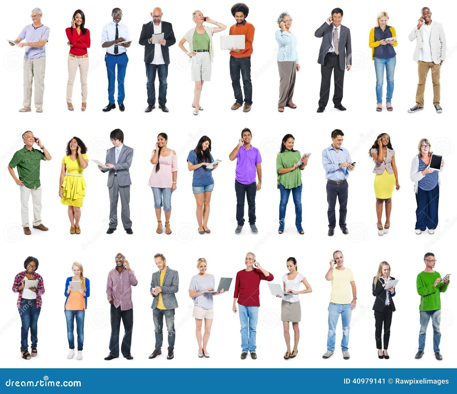 Stor grupp av olikt folk som använder Digital apparater