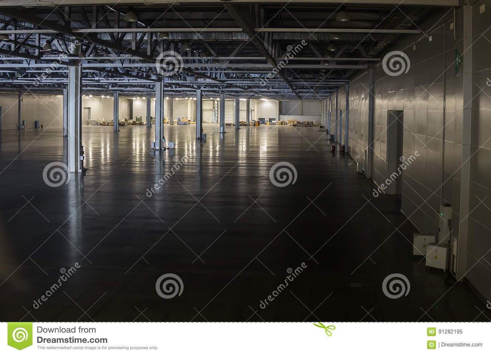 Stor industriell korridor av en medelreparationsstation