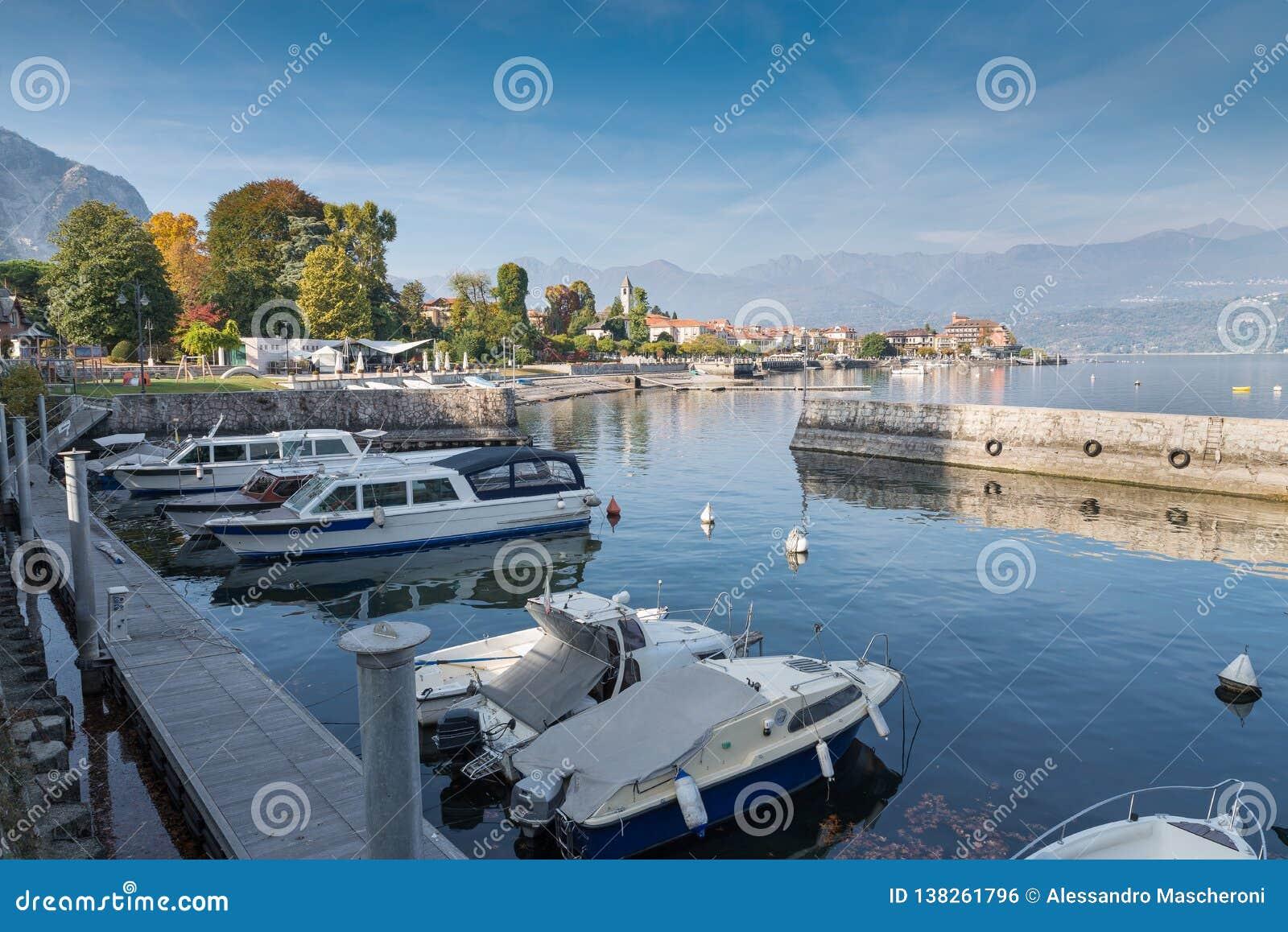 Stor italiensk sjö Sjö Maggiore på den pittoreska staden av Baveno