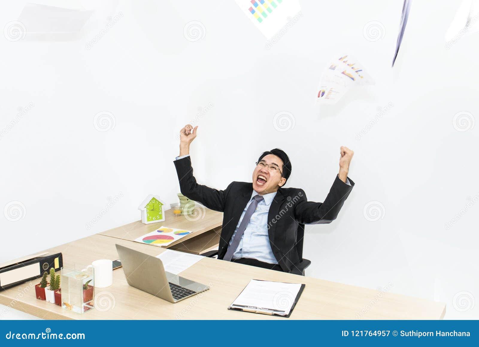 Stor jobb och framgång i affär Affärsmän med lyftta armar