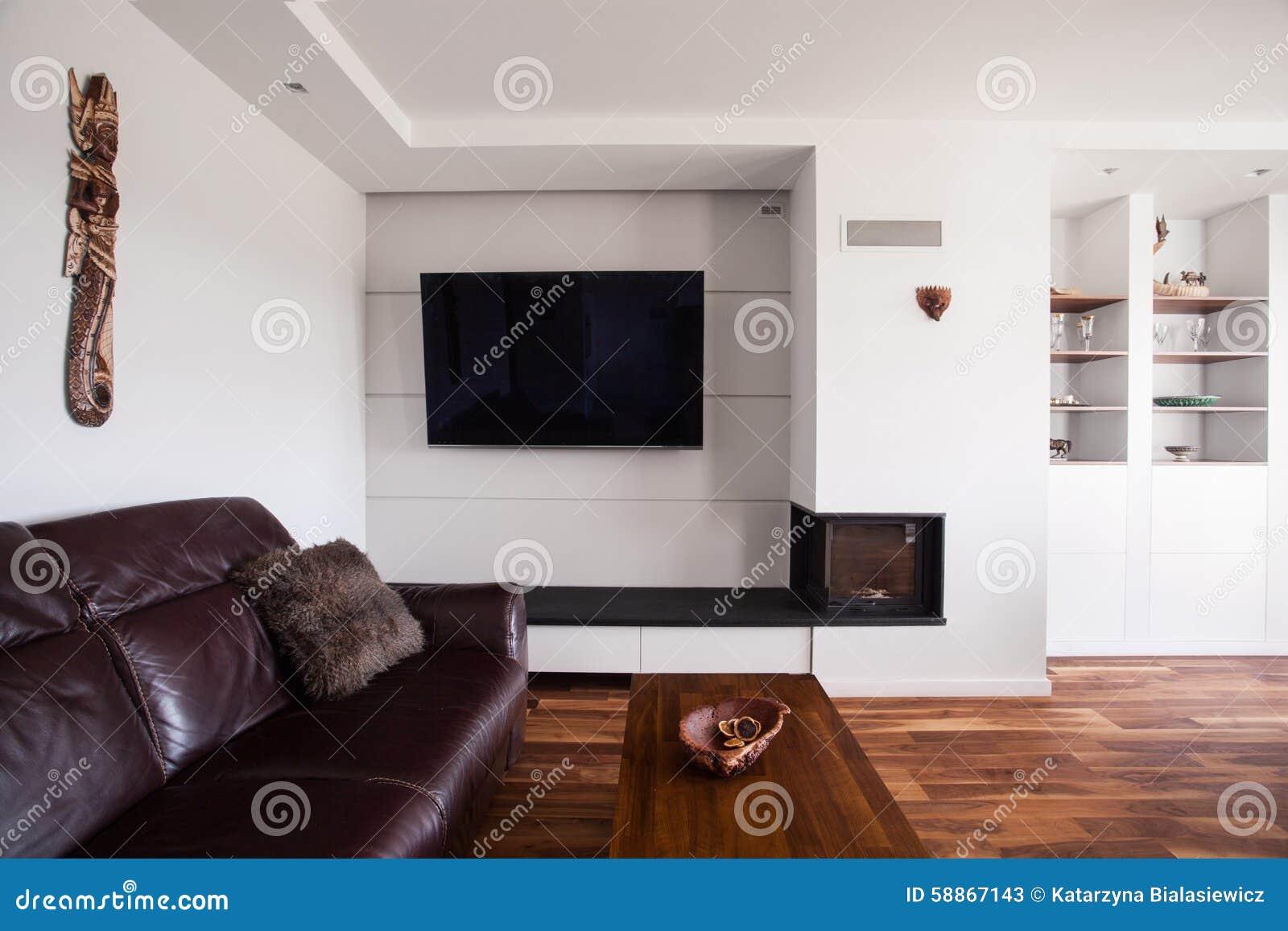 Stor lädersoffa i vardagsrum