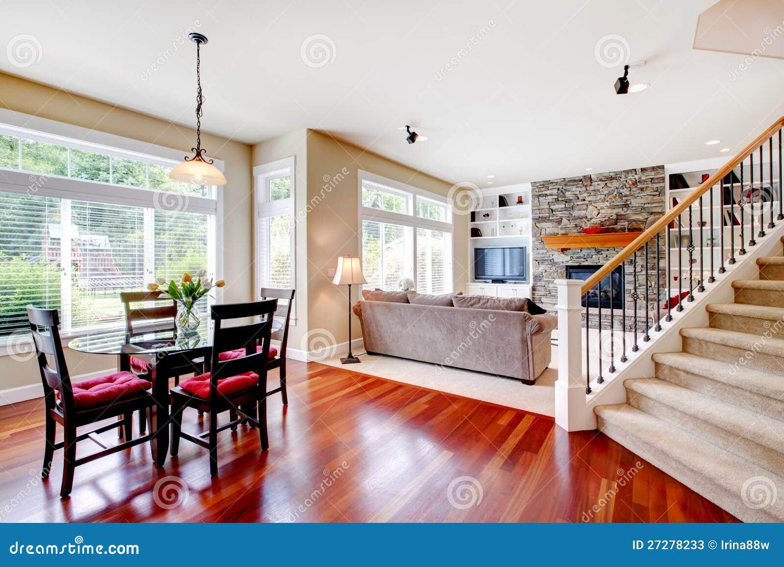 Stor living och matsal med trappuppgången