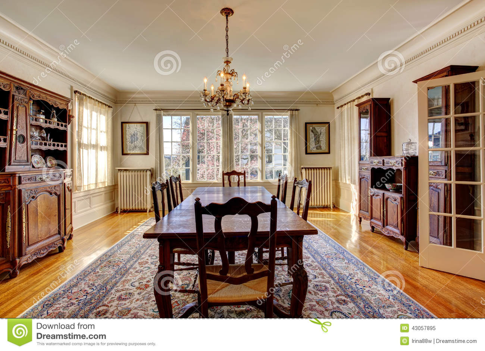 Stor matsal i lyxigt hus arkivfoto   bild: 43057895