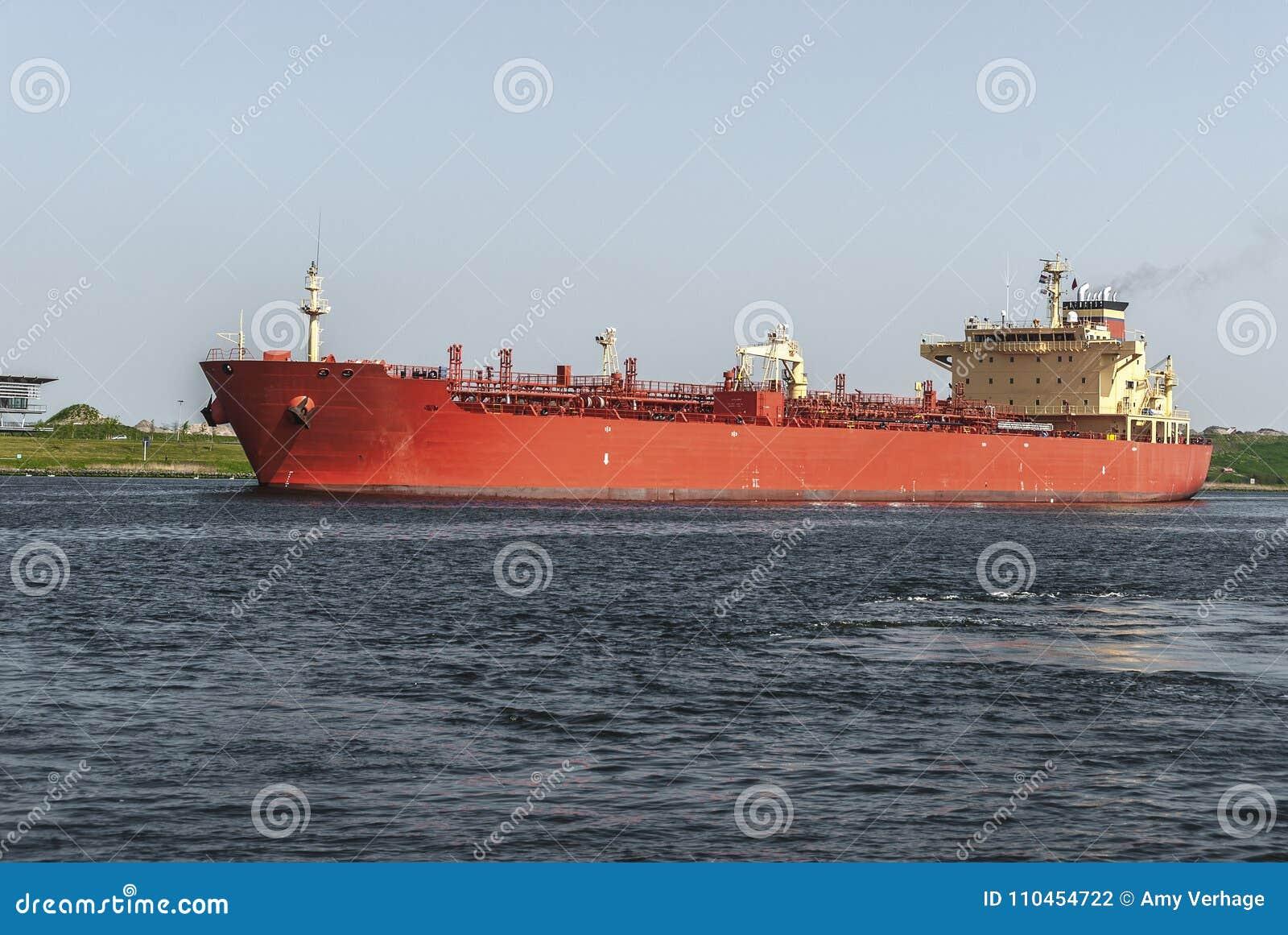 Stor röd olje- kemisk tankfartyg