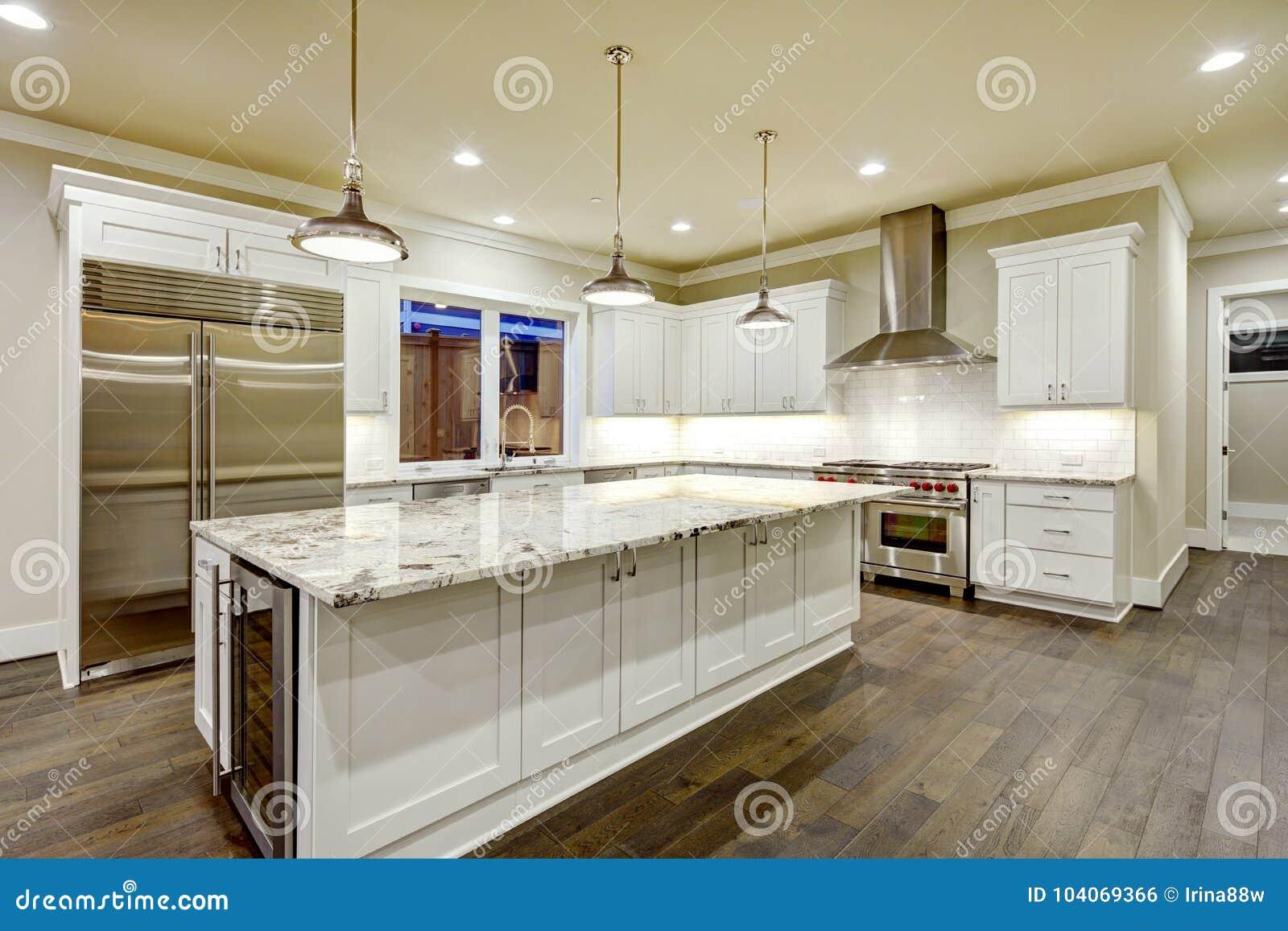 Stor rymlig kökdesign med vita köksskåp