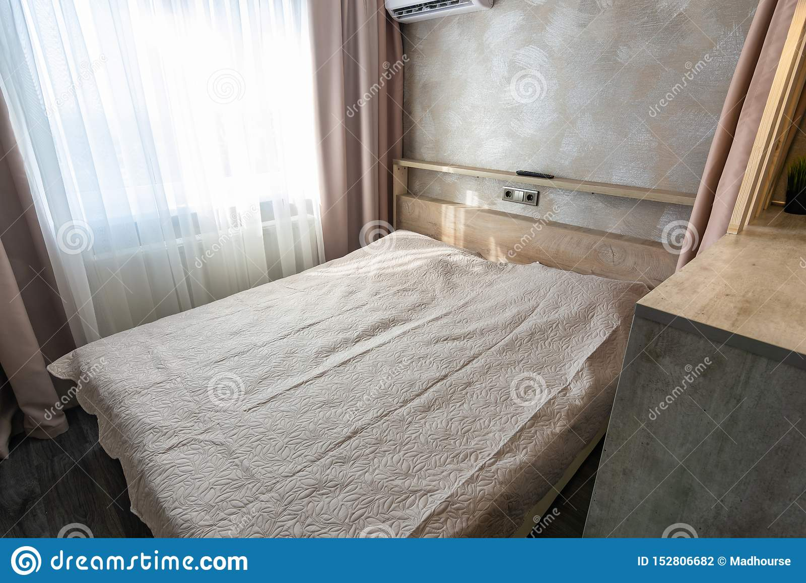 Stor säng i hotellrummet
