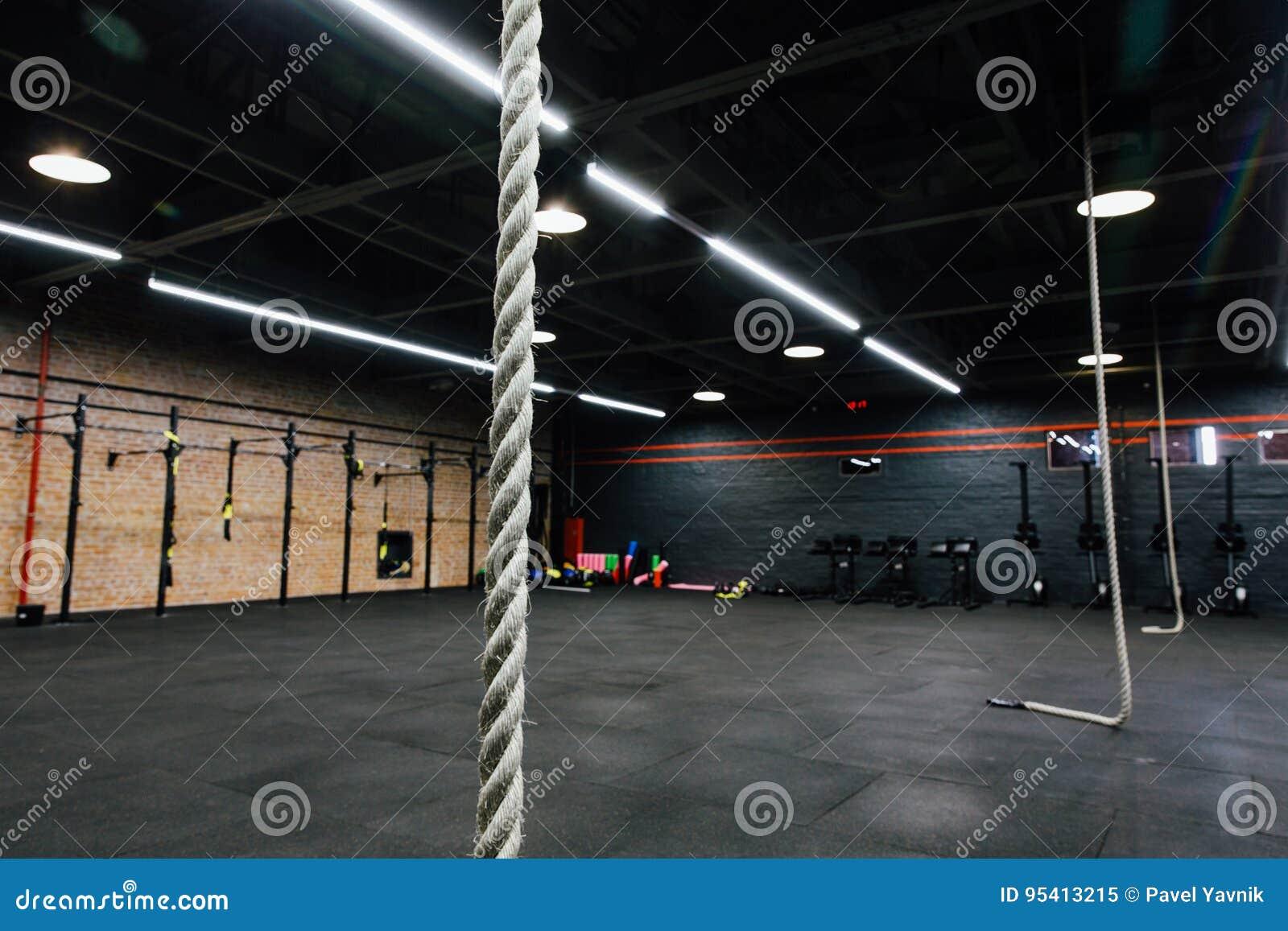 Stor tom inre för vind av idrottshallen för konditiongenomkörare Arg maktutbildning inget