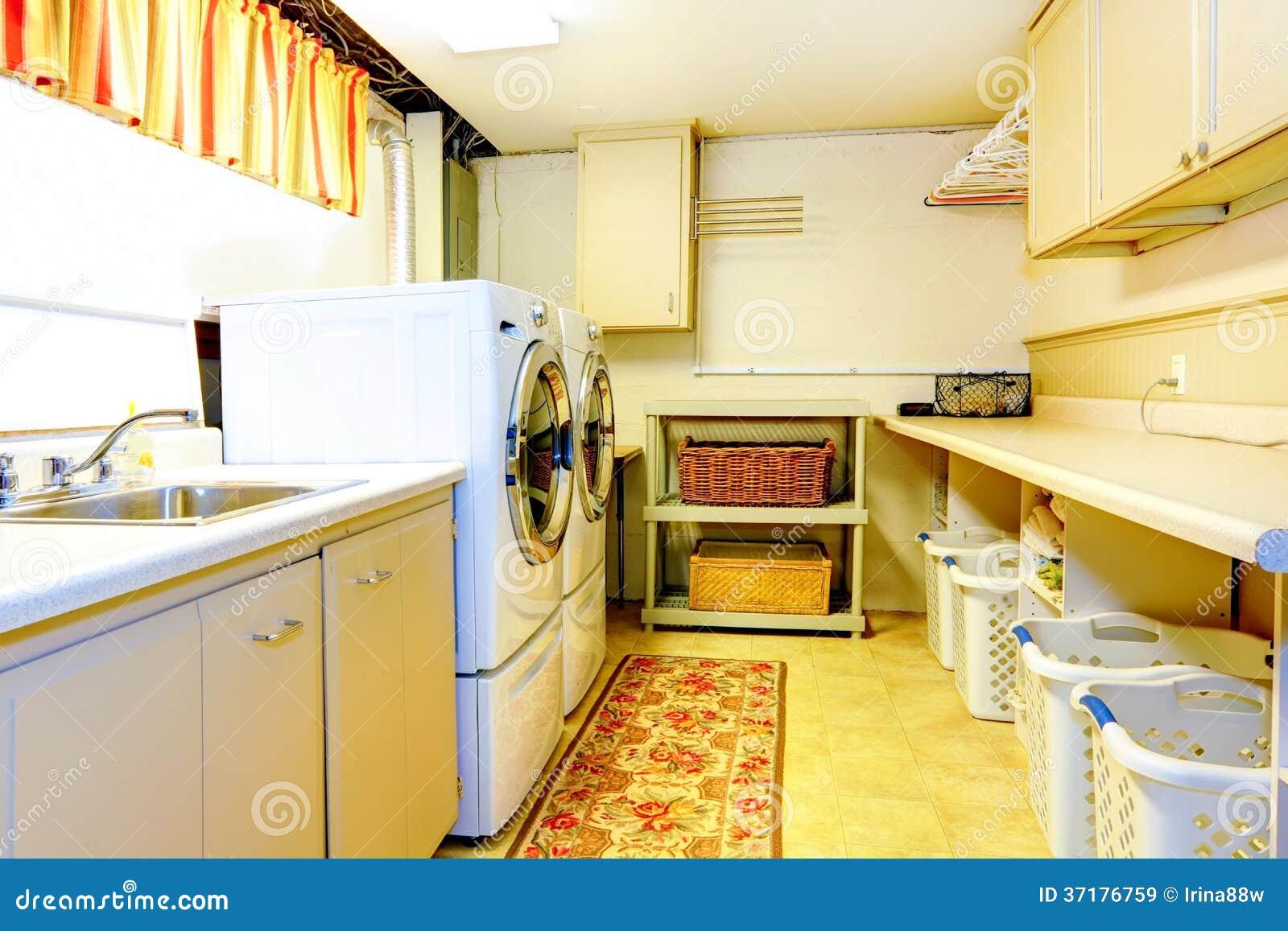 Stor tvättstuga för gammal stil royaltyfria bilder   bild: 37176759