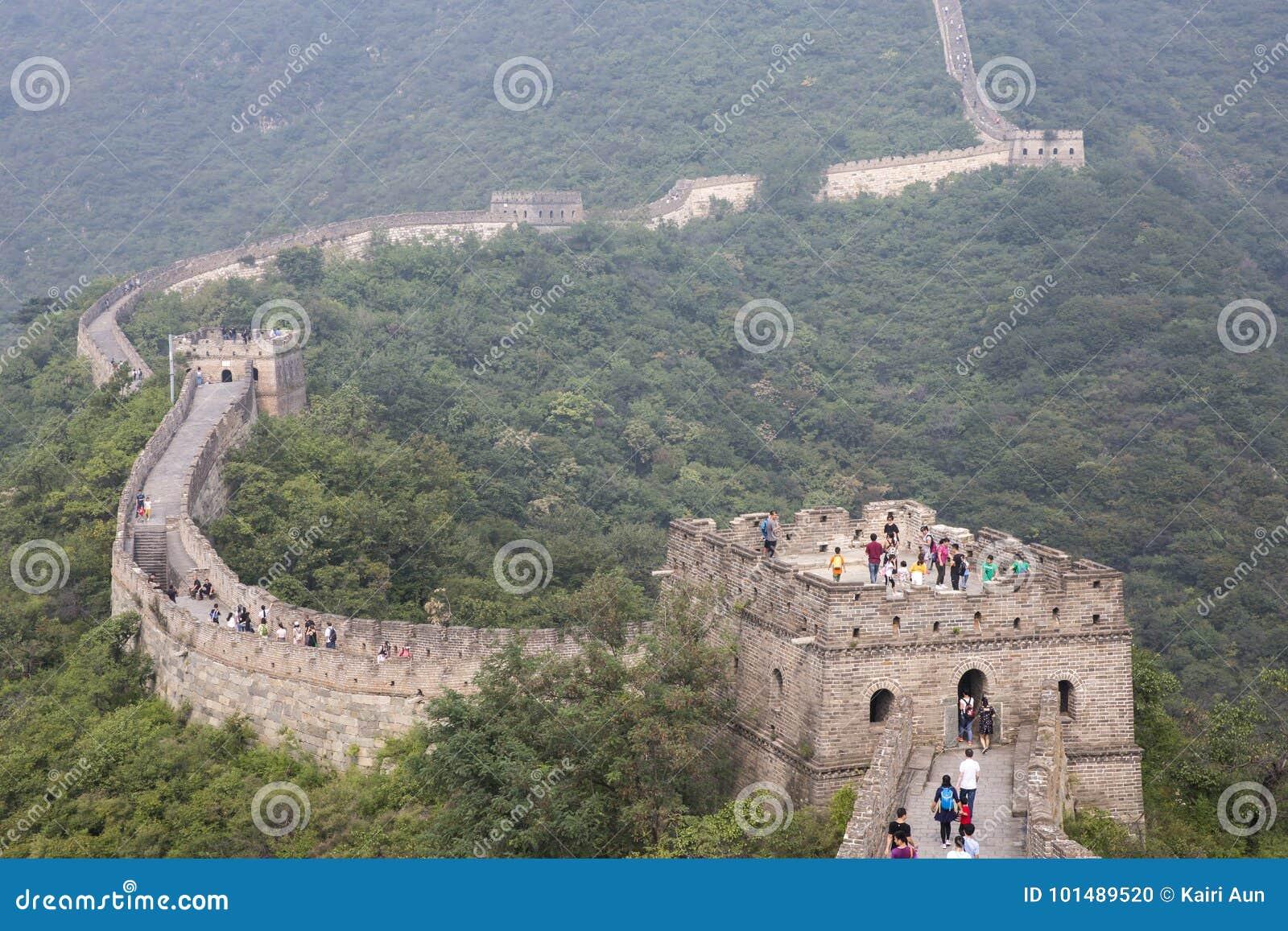 Stor vägg av Kina i en morgonmist