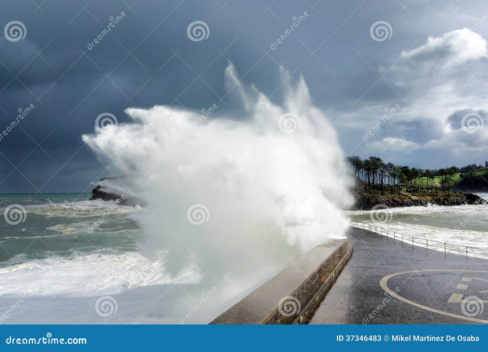 Stor våg som bryter på vågbrytaren