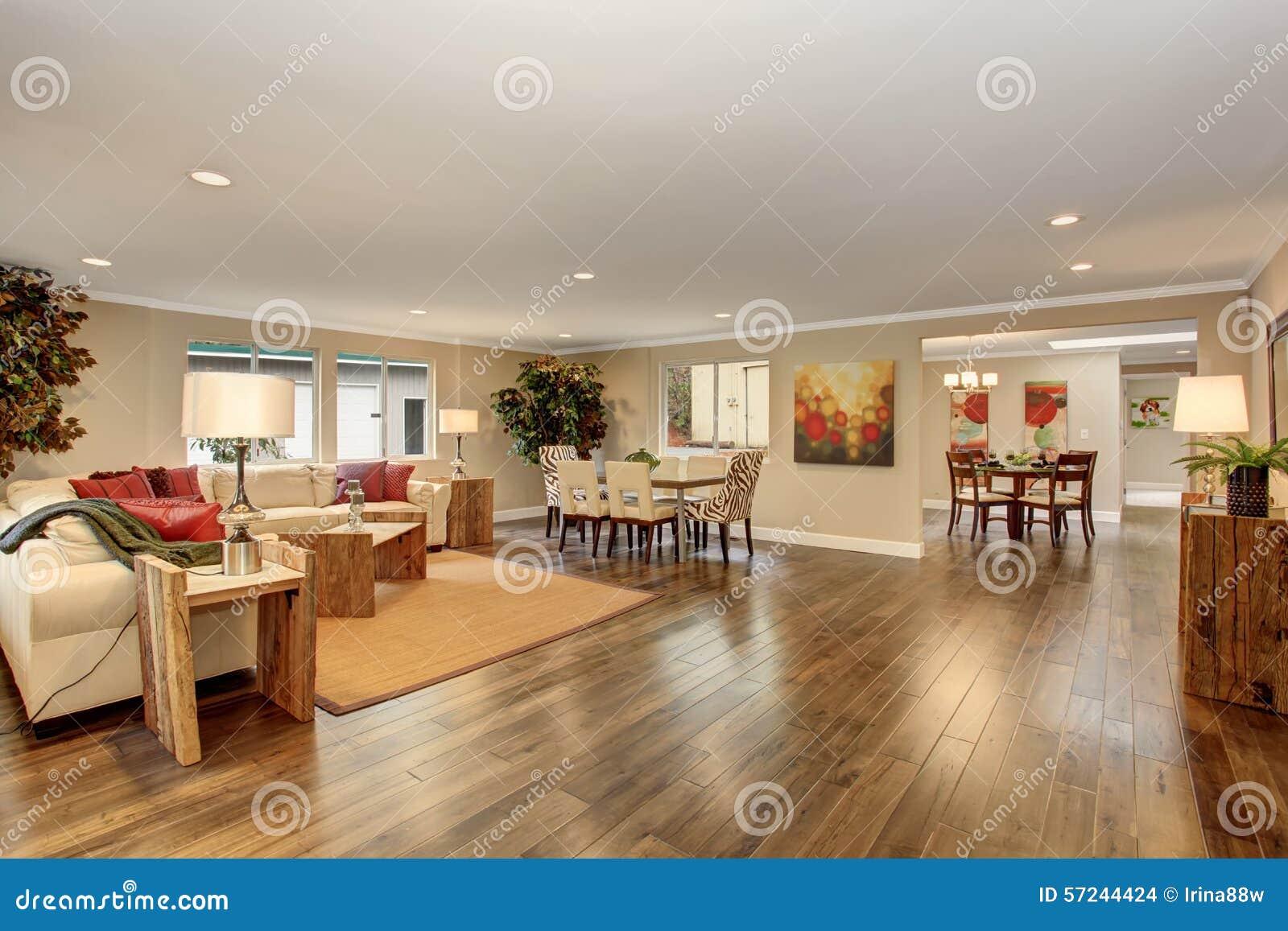 Stor vardagsrum med soffor för vitt läder arkivfoto   bild: 57244424