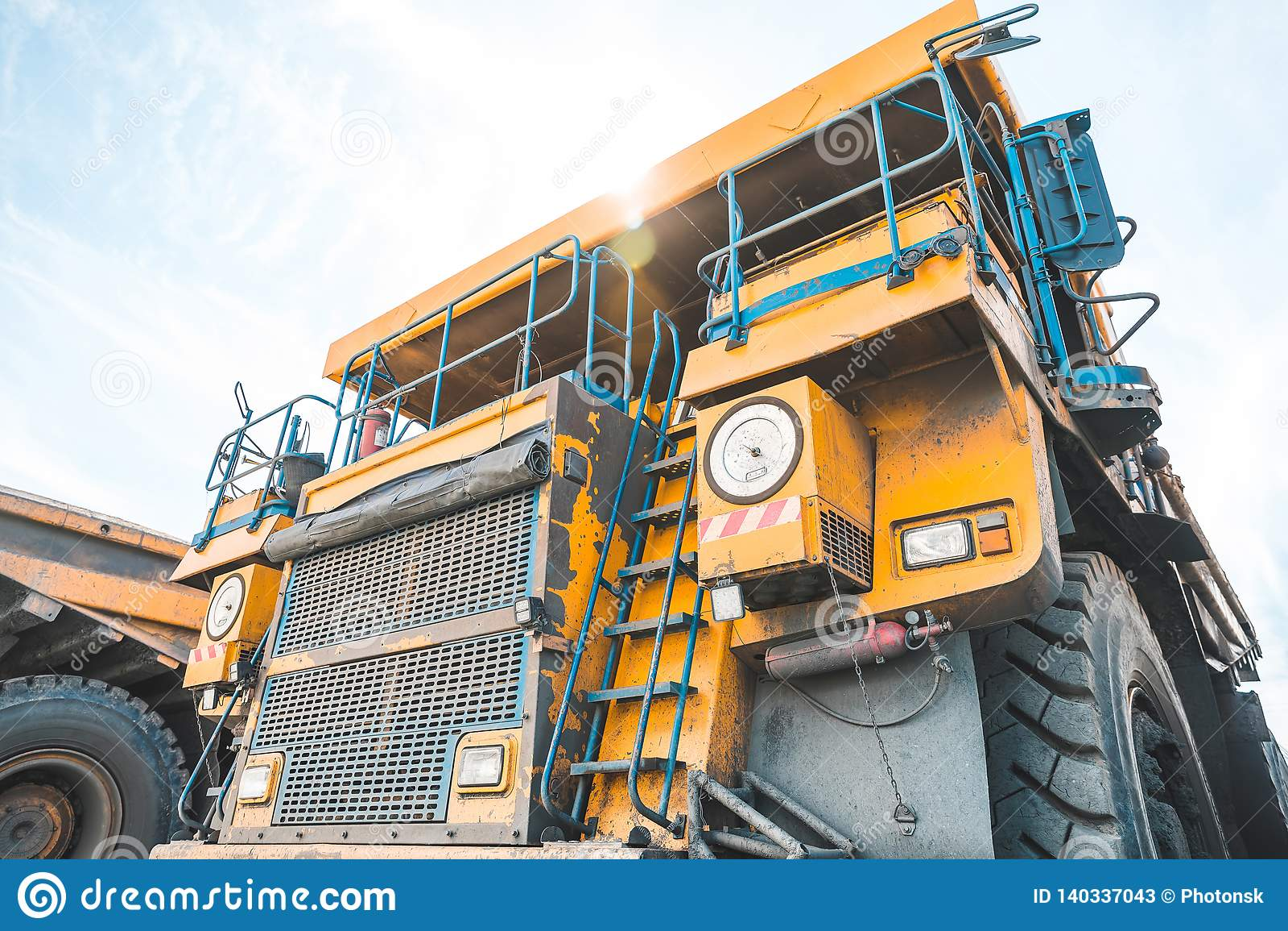 Stor villebråddumper Ladda vagga i dumper Ladda kol in i kropp åka lastbil Användbara mineraler för produktion bryta