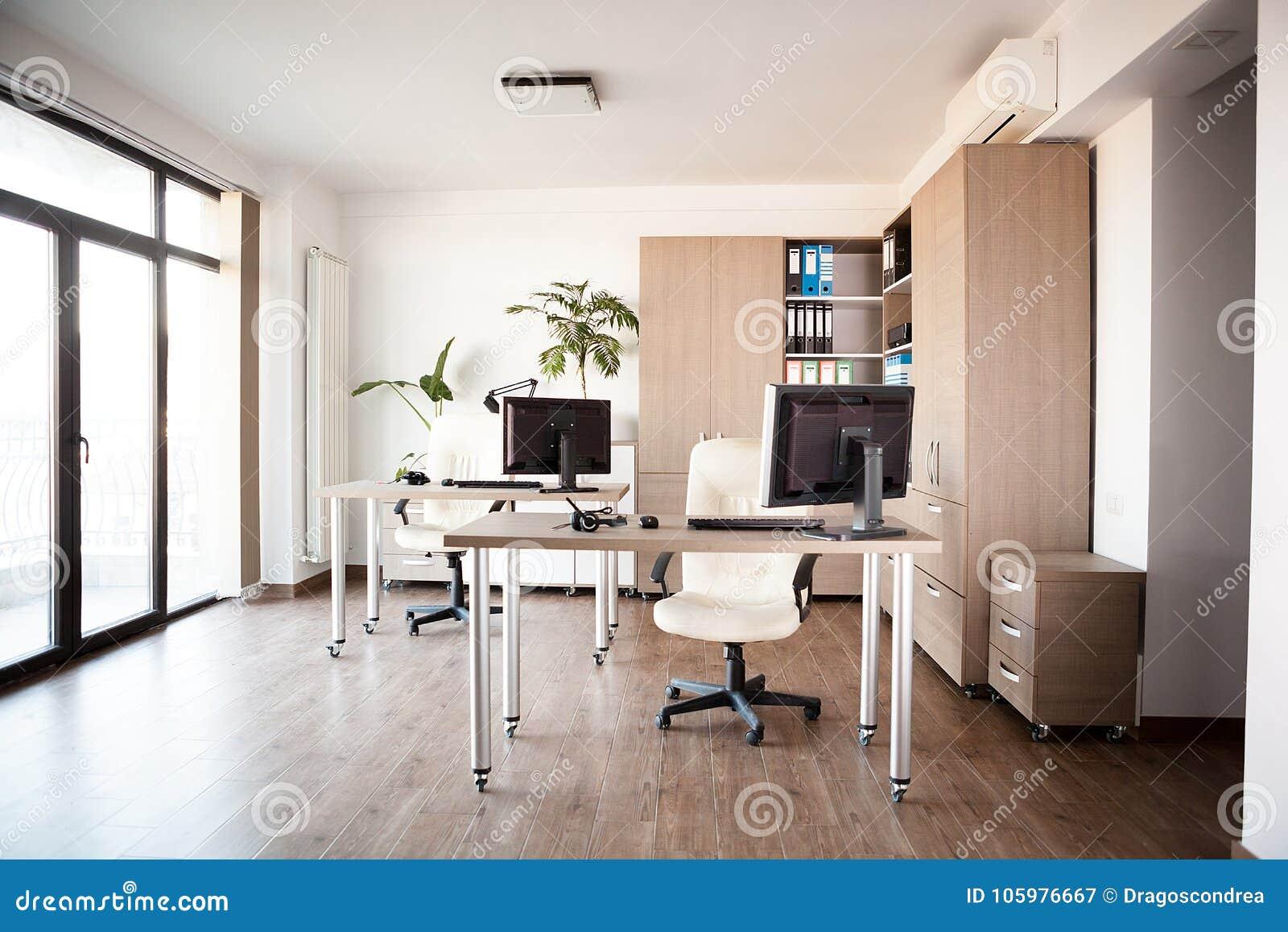 Stor vinkelsikt Inre av ett tomt modernt kontor