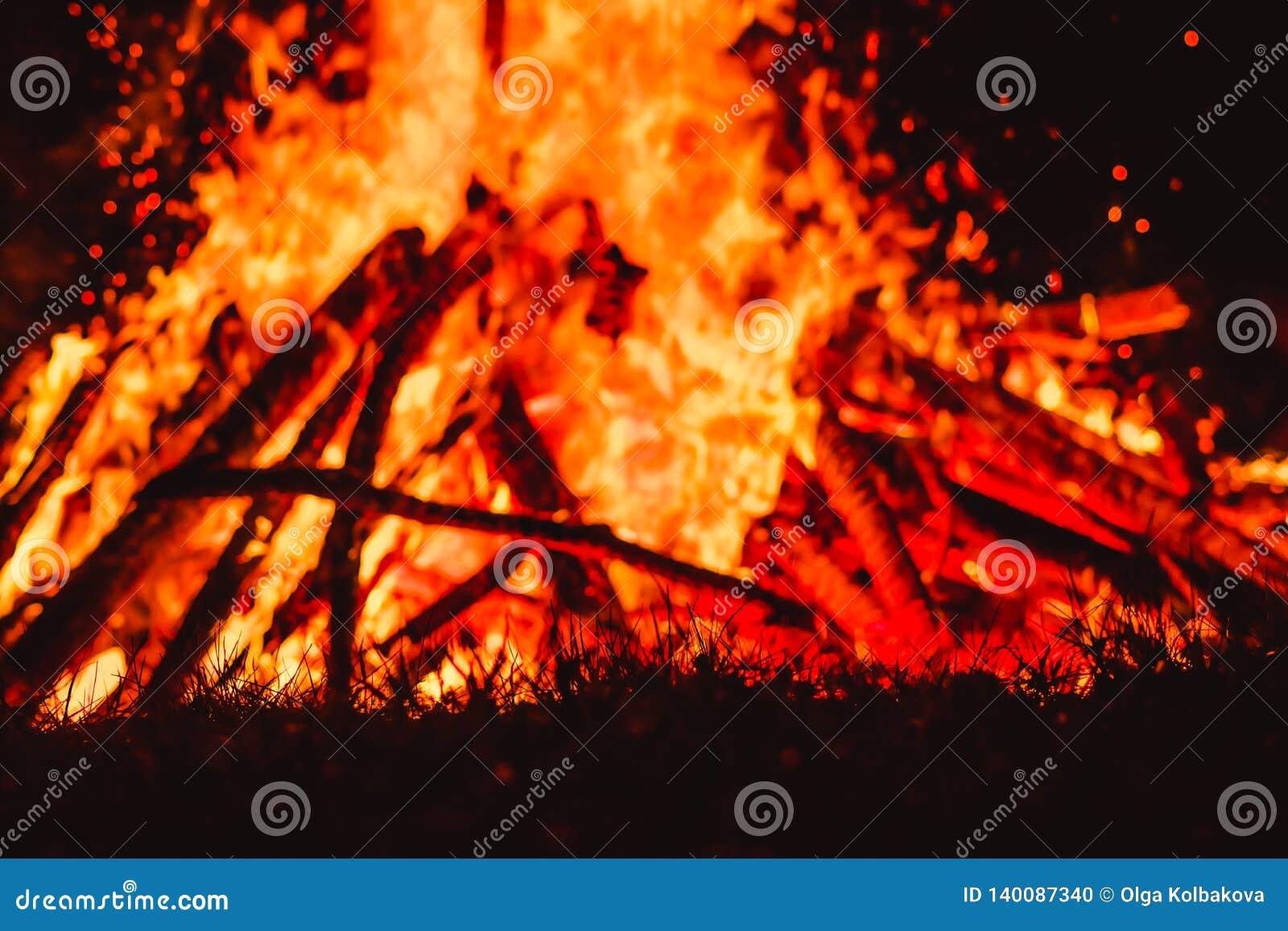 Stora fältbrandflammor