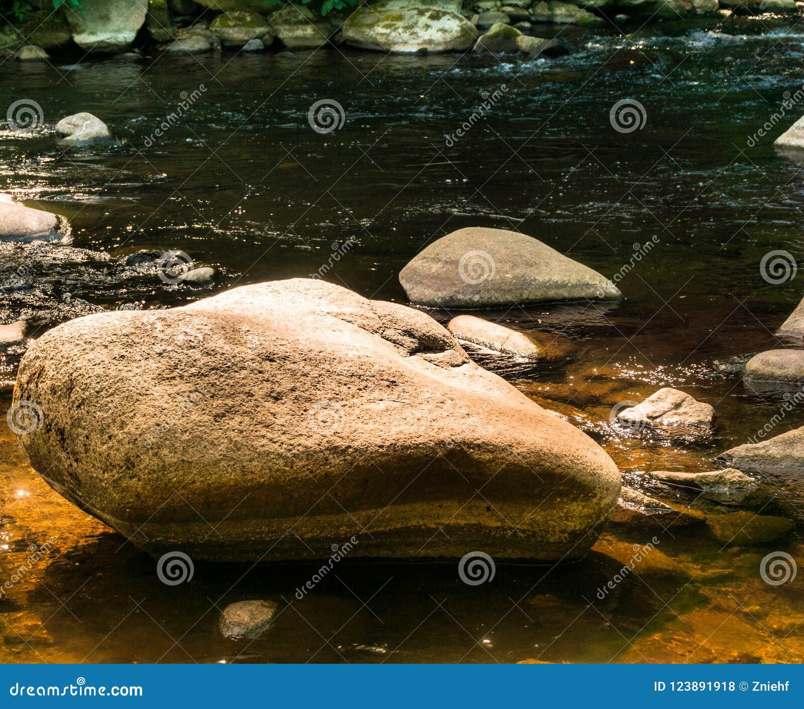 Stora stenar, stenblock och stenblock i som bidas nära Thale, som ställen för, vilar, begrundande och meditationen