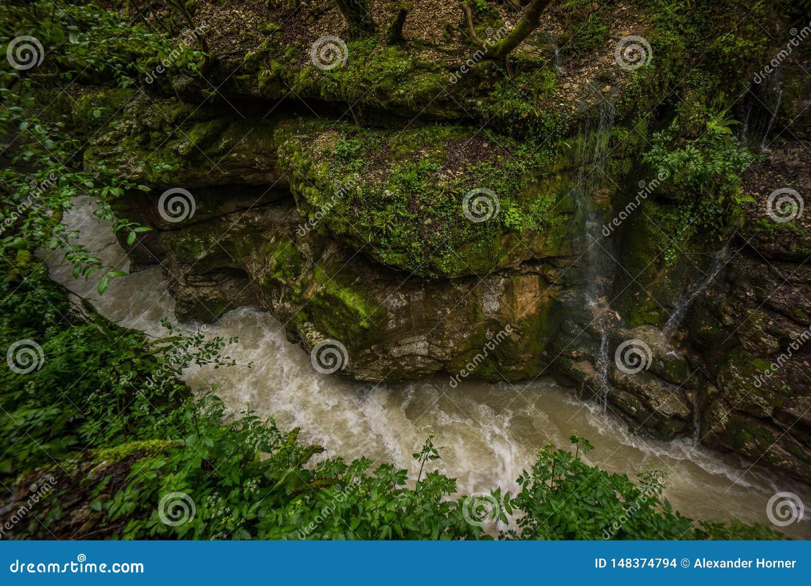 Stora stenblock för Martvili kanjon på flodsidan