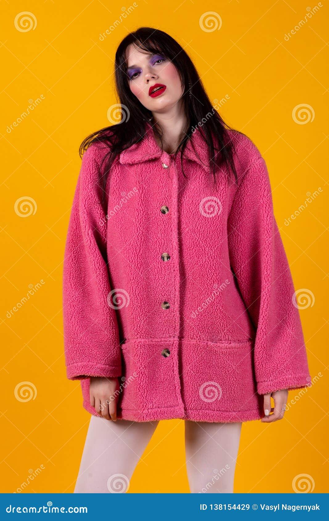 Storartad vit flicka i rosa lag med ljus makeup