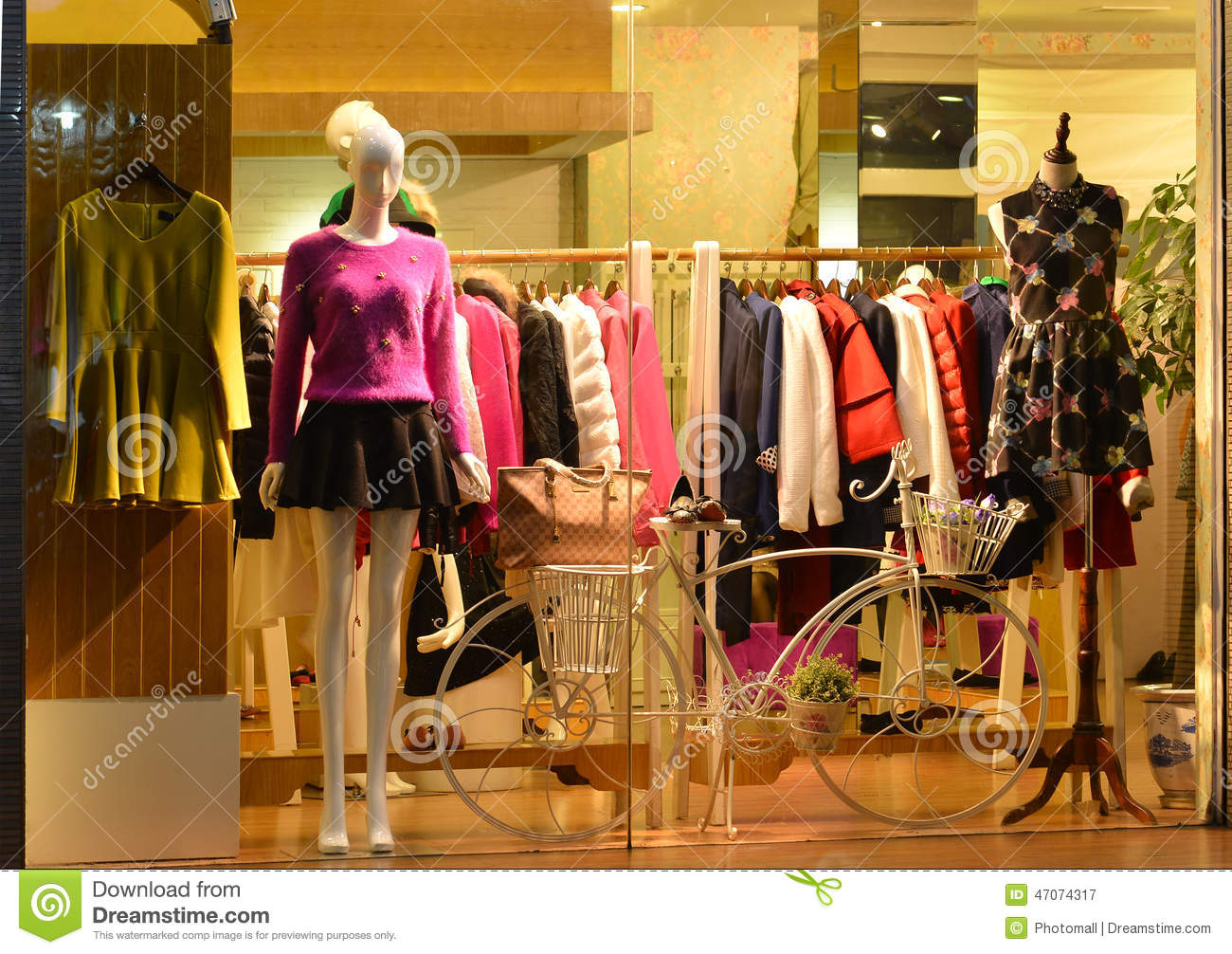 Store Display Window Light And Decorative Bike Fashion Boutique Display Window With Mannequins Store