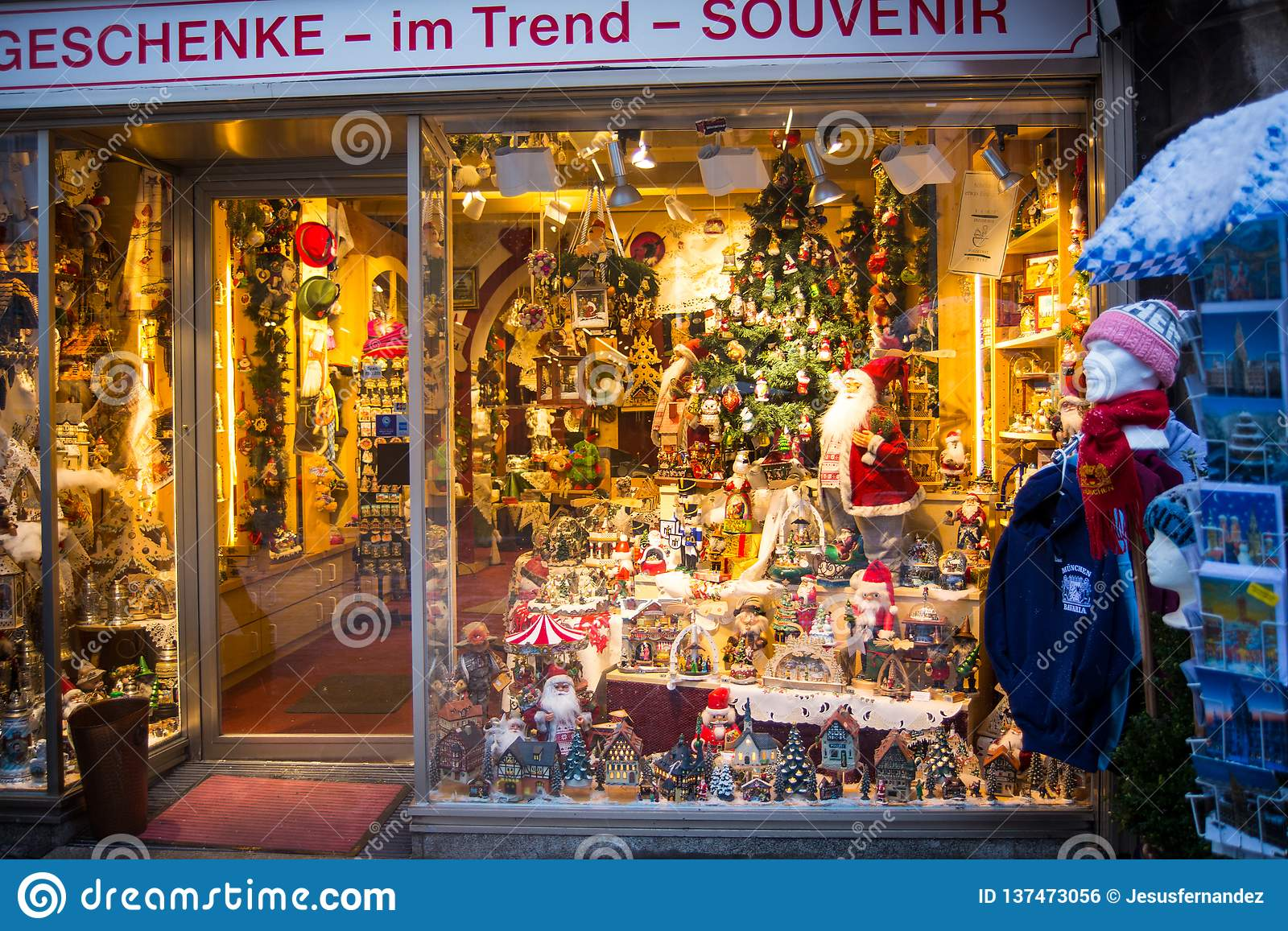 Trend Weihnachtsgeschenke 2019.Store Window With Christmas Ornaments Editorial Photo Image Of