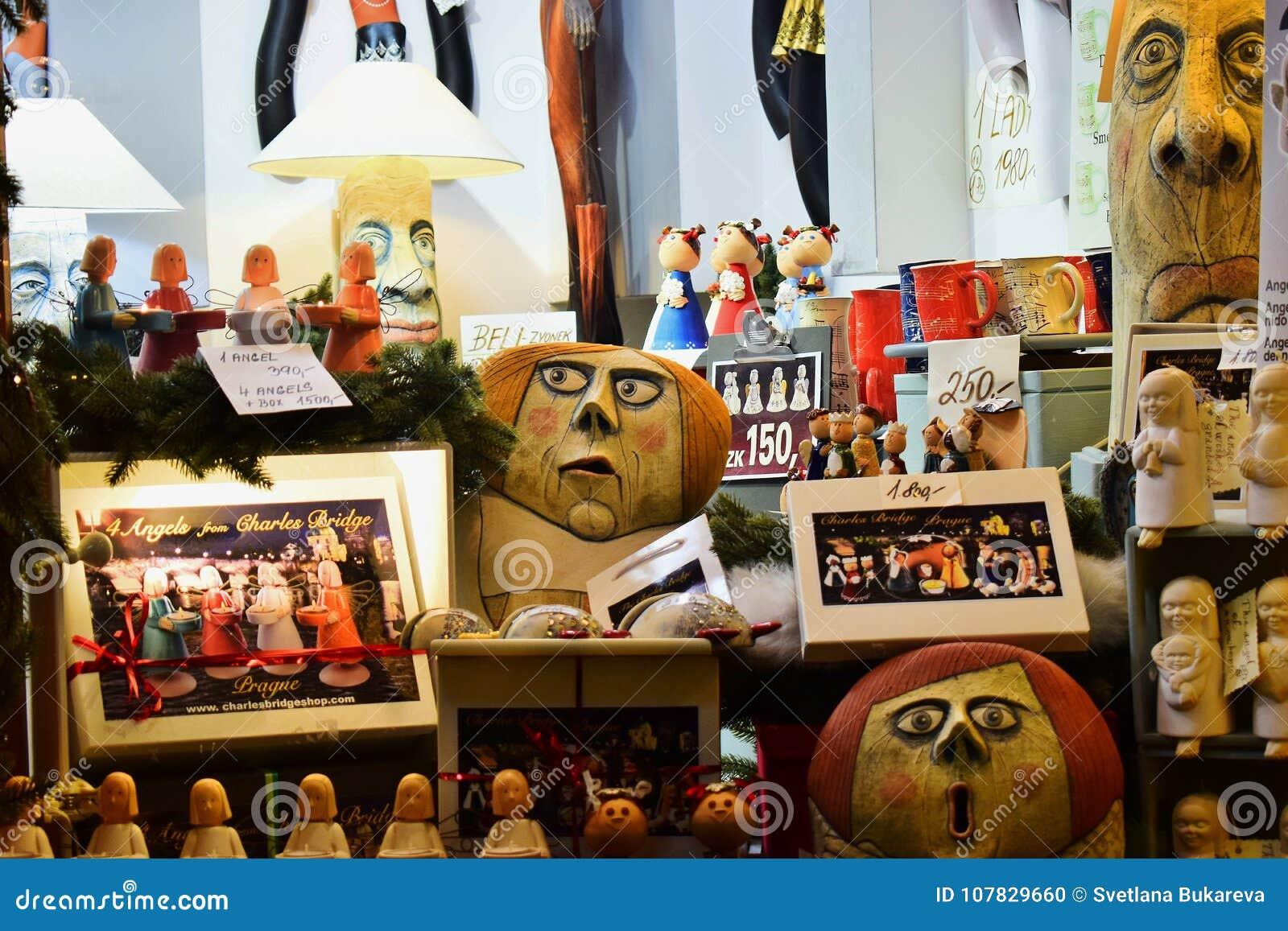 Storefront στην Πράγα με τα κιβώτια των παιχνιδιών και των αγγέλων