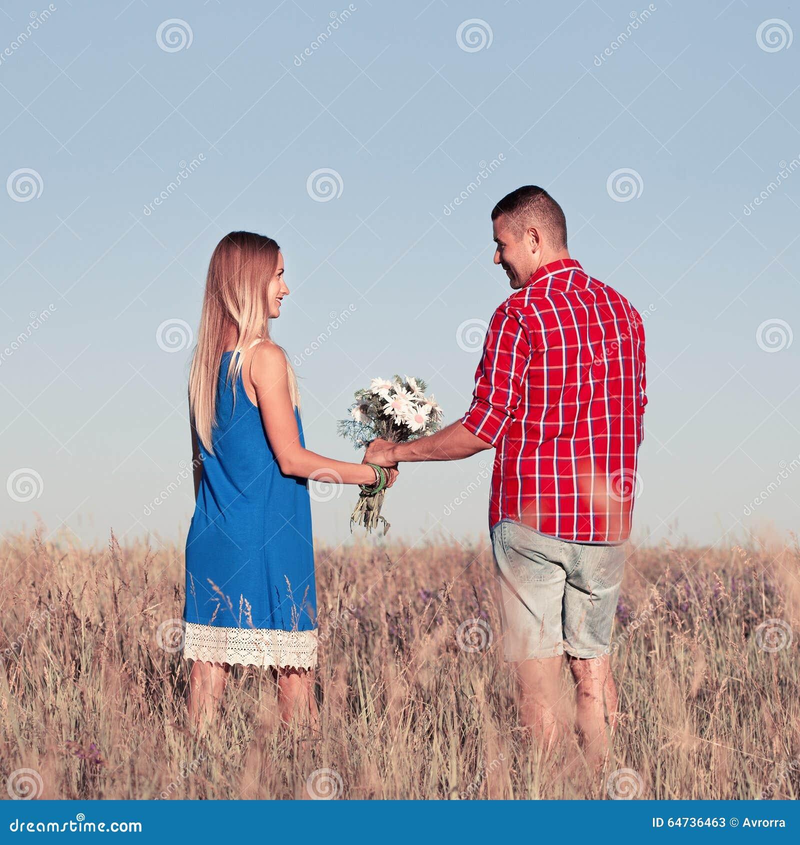 Storia di amore Belle giovani coppie che camminano nel prato, all aperto