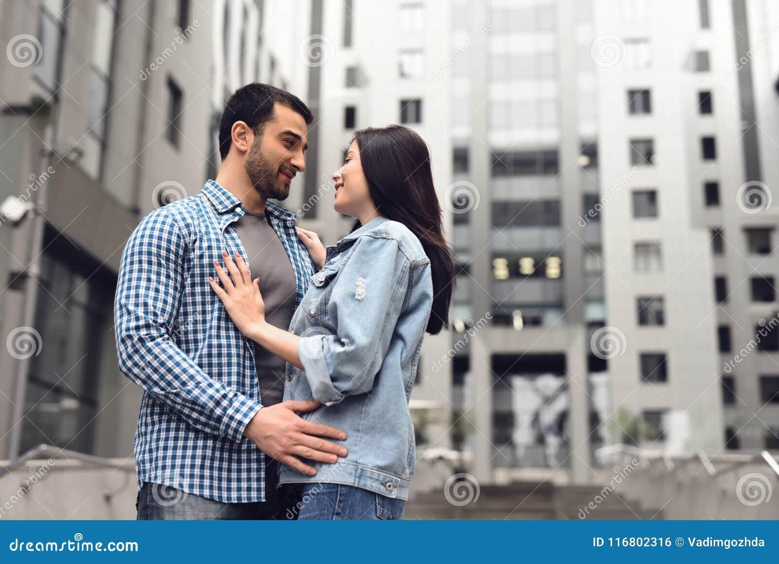 Storia di amore Il tipo in camicia di plaid abbraccia la ragazza