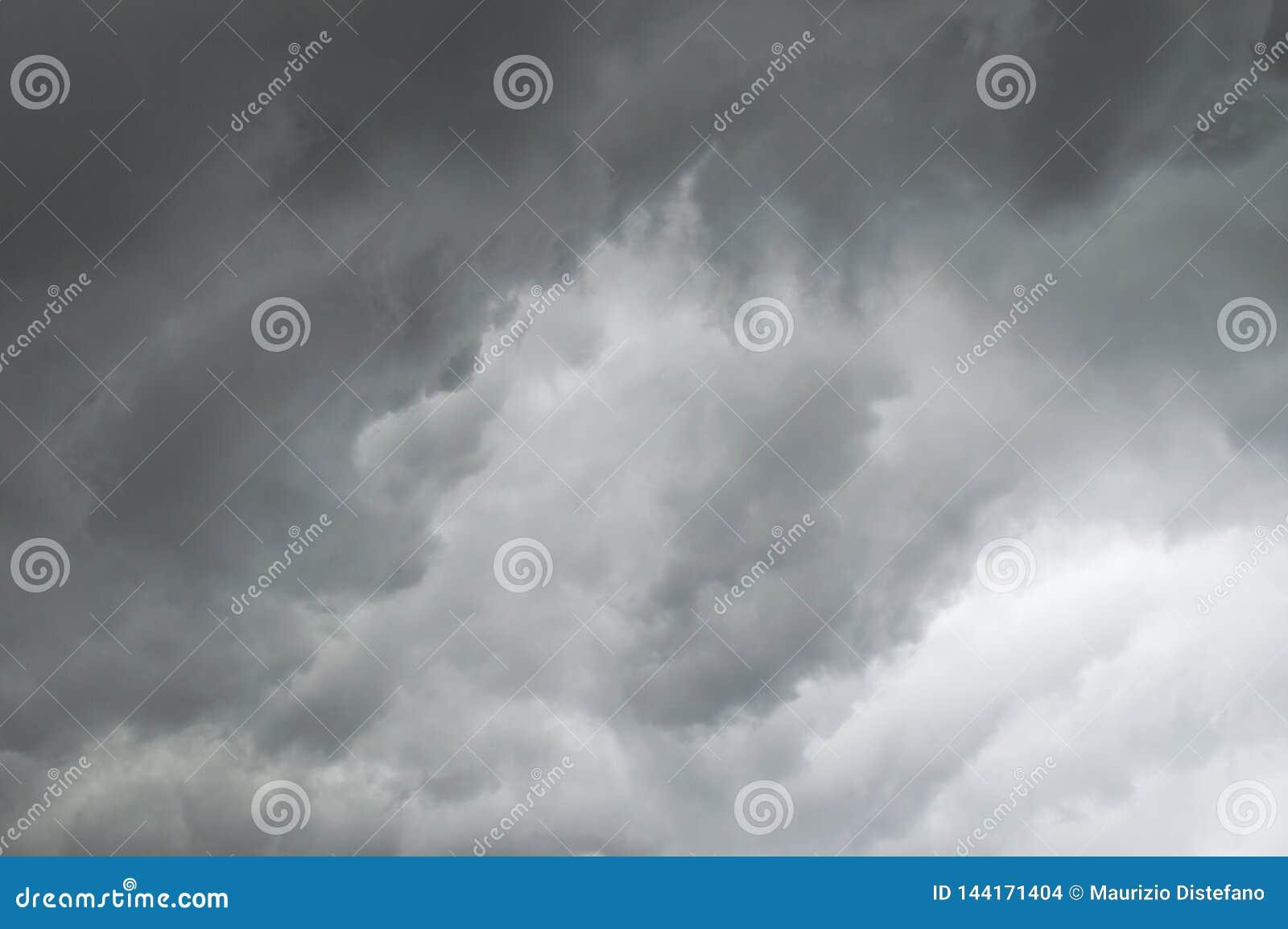 Storm Ciel fonc? avec les nuages noirs pour le fond Intentionnellement brouill?