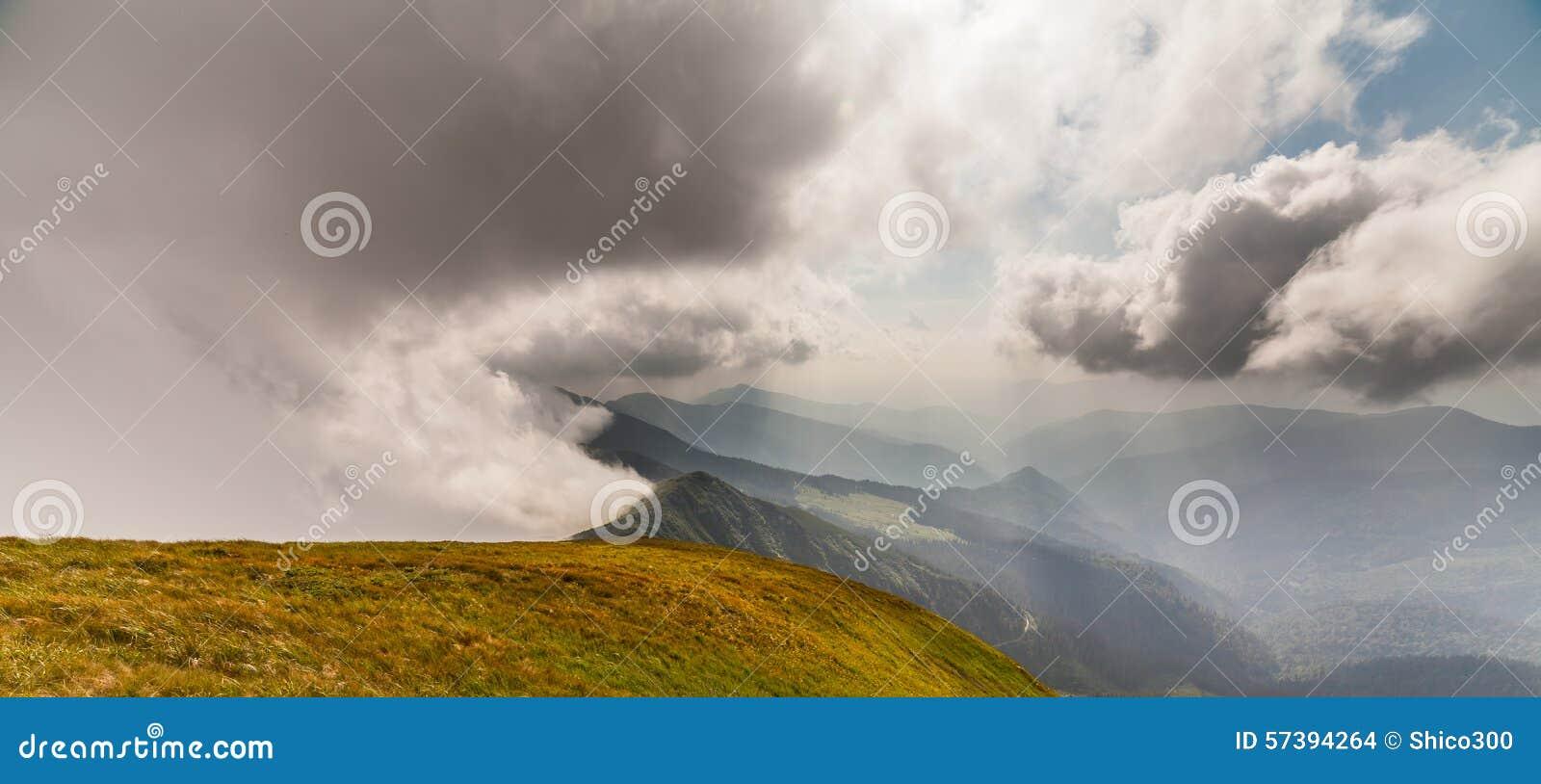 Stormachtig weer - bergen en wolken