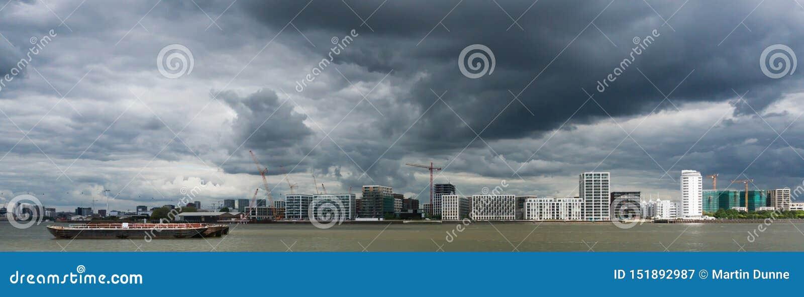 Stormachtige hemel over rivier Theems