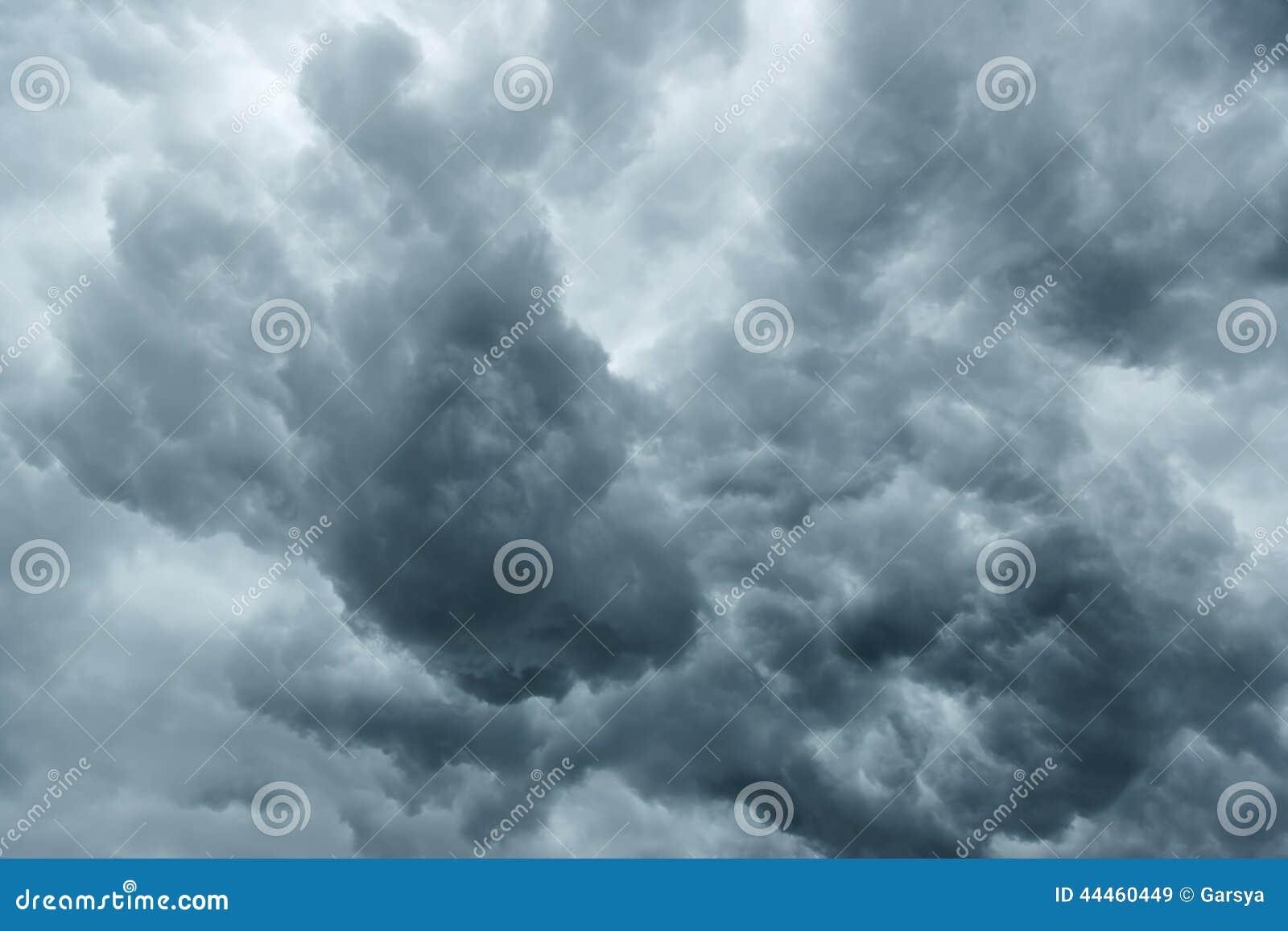 Stormig grå molnig himmel