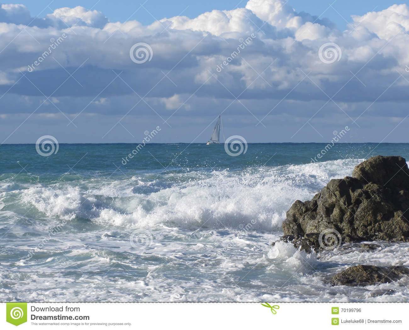 Stormigt hav och segelbåt längs den Tuscany kustlinjen i Livorno, Italien