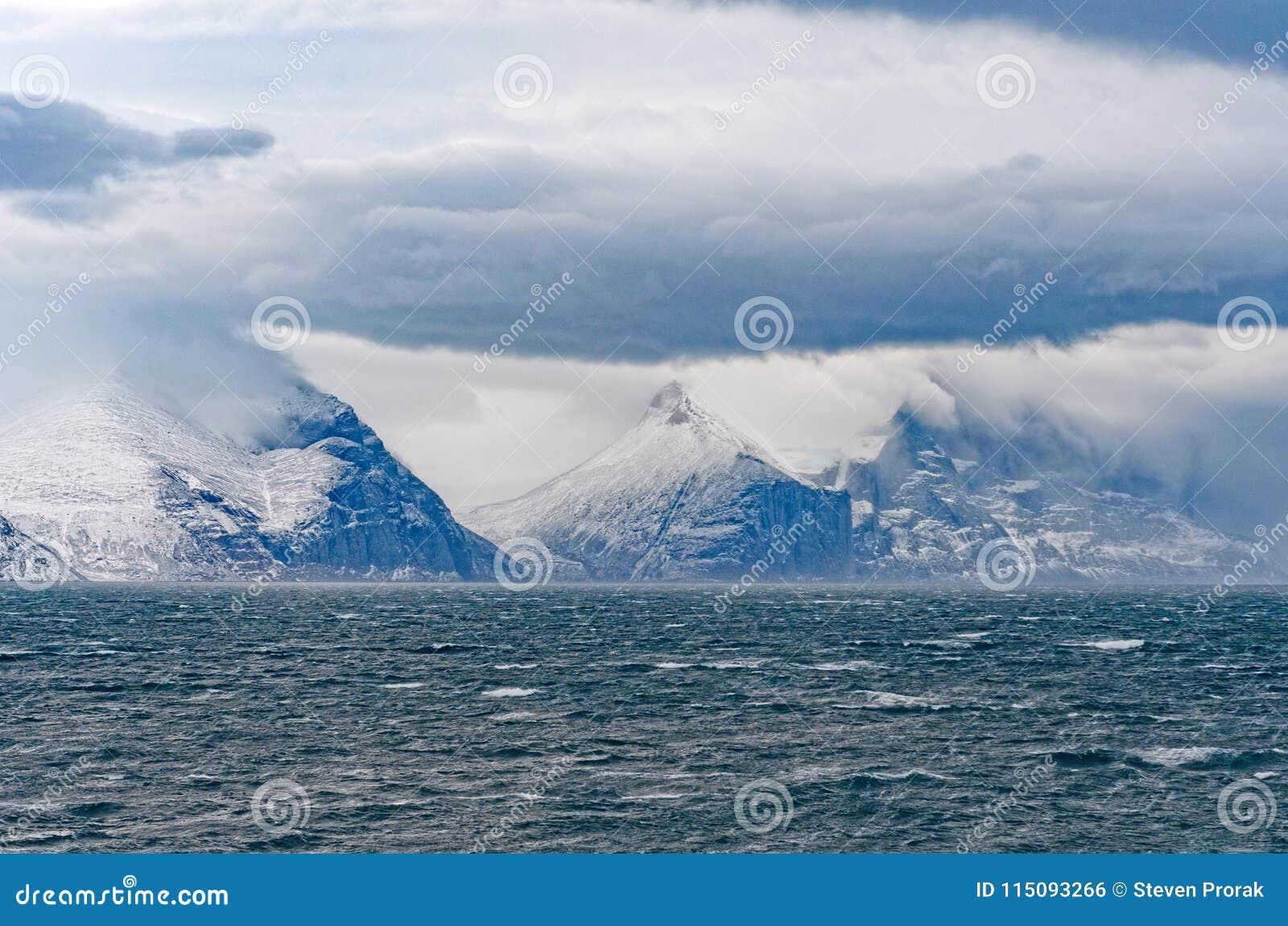Stormmoln och maxima i en hög arktisk fjord