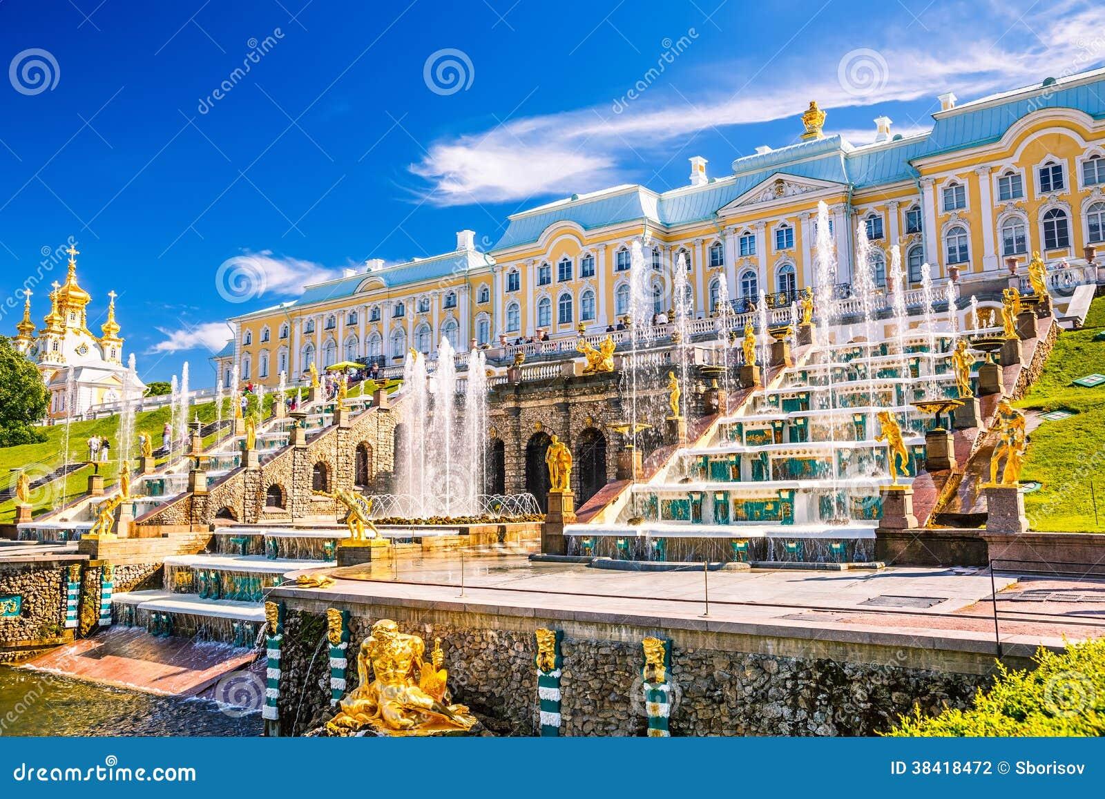 Storslagen kaskad i Peterhof, St Petersburg