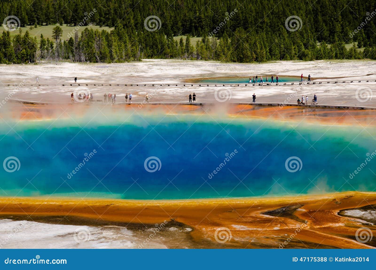 Storslagen prismatisk vår i den Yellowstone nationalparken