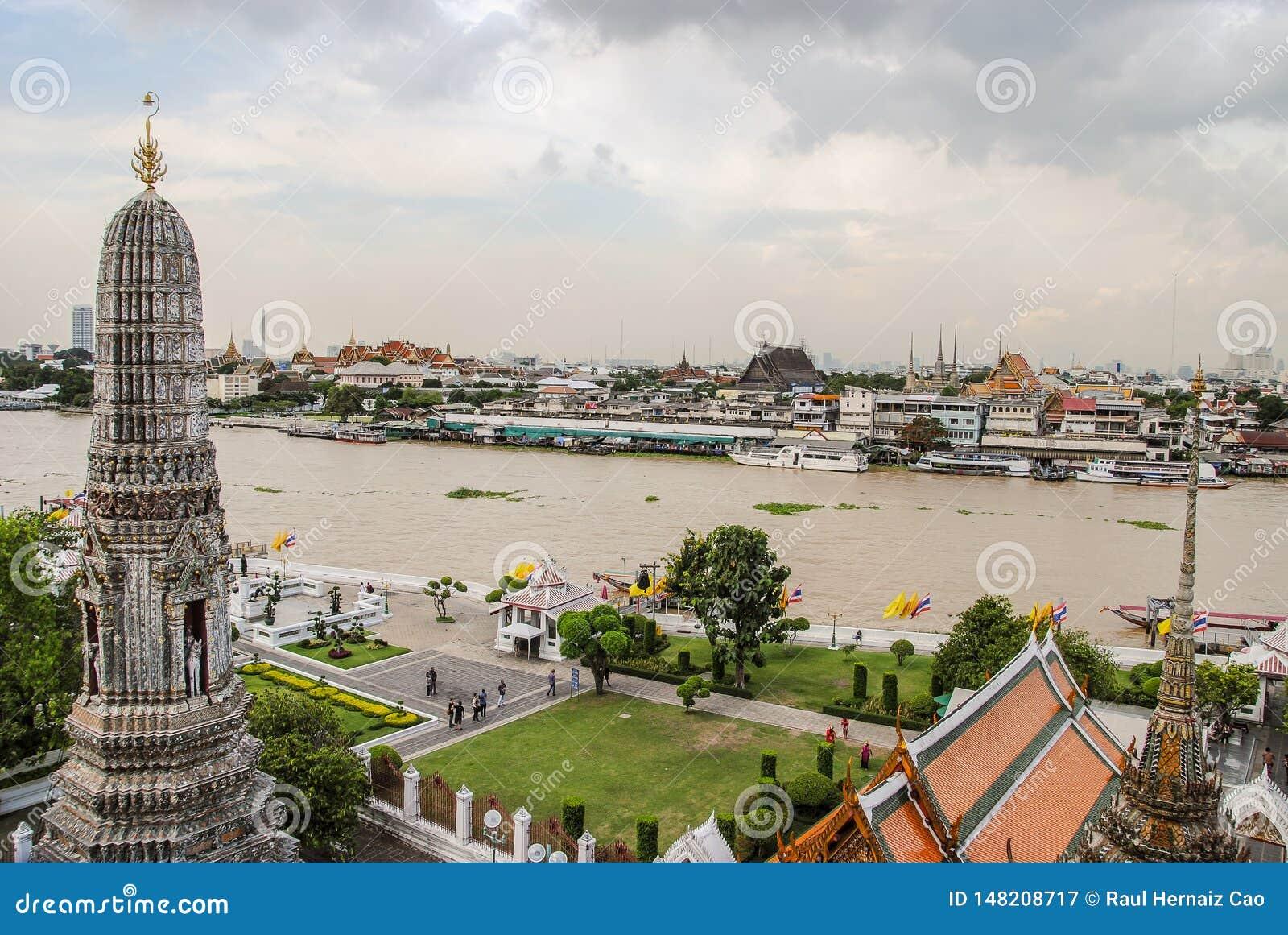Storslagen slott och den Chao Phaya floden efter överkanten av den Wat Arun templet i Bangkok, Thailand