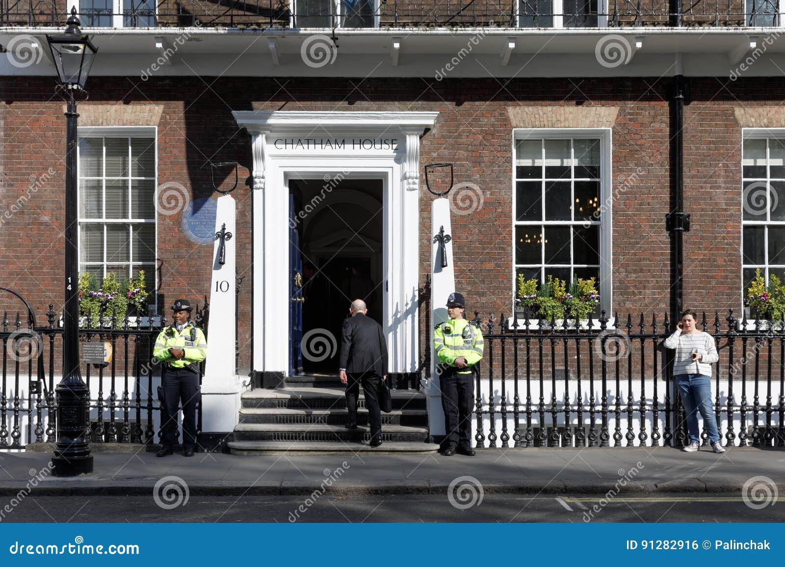 Storstads- kvinnlig polis som är tjänstgörande i London