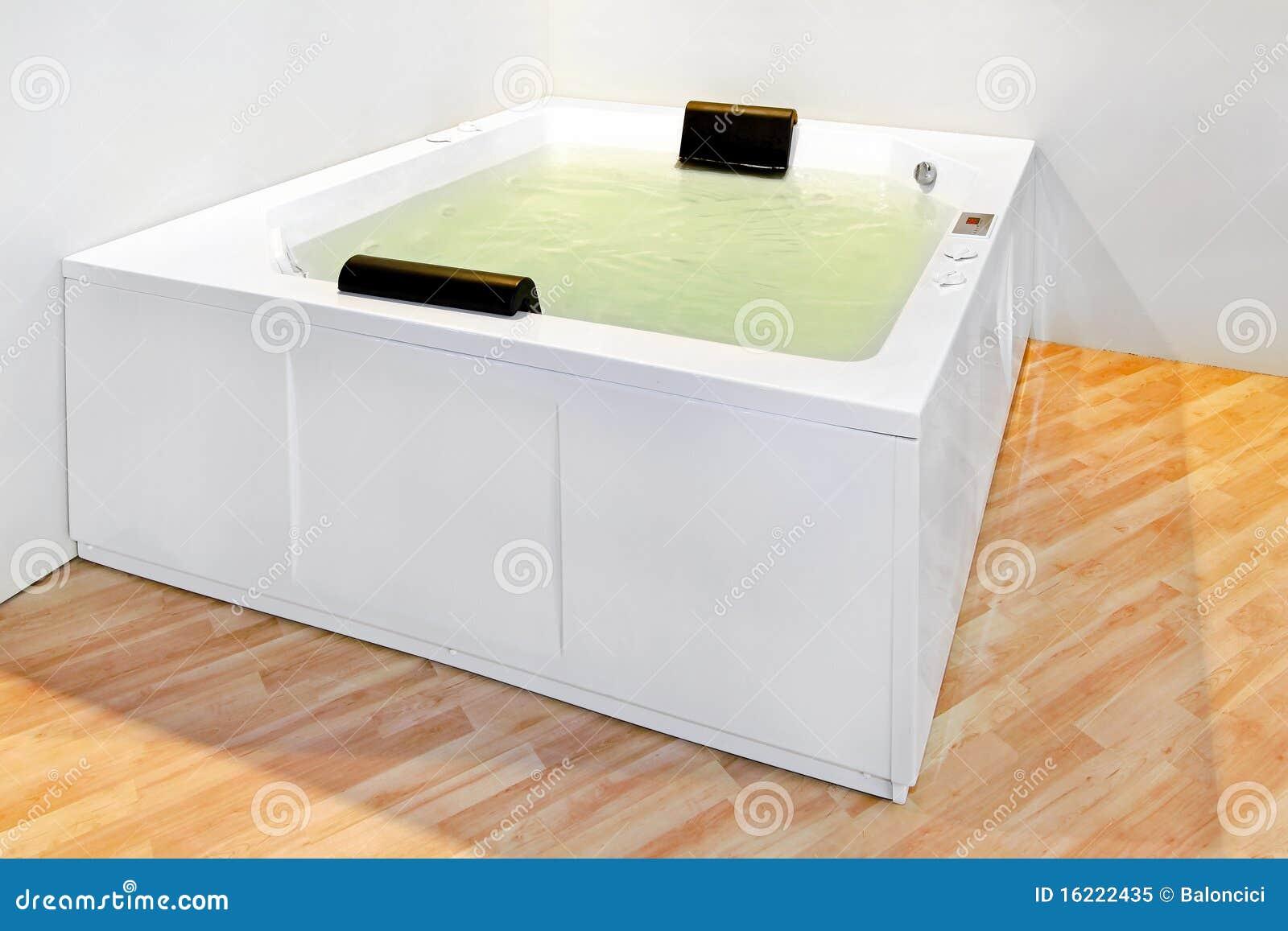 stort badkar fotografering f r bildbyr er bild av. Black Bedroom Furniture Sets. Home Design Ideas